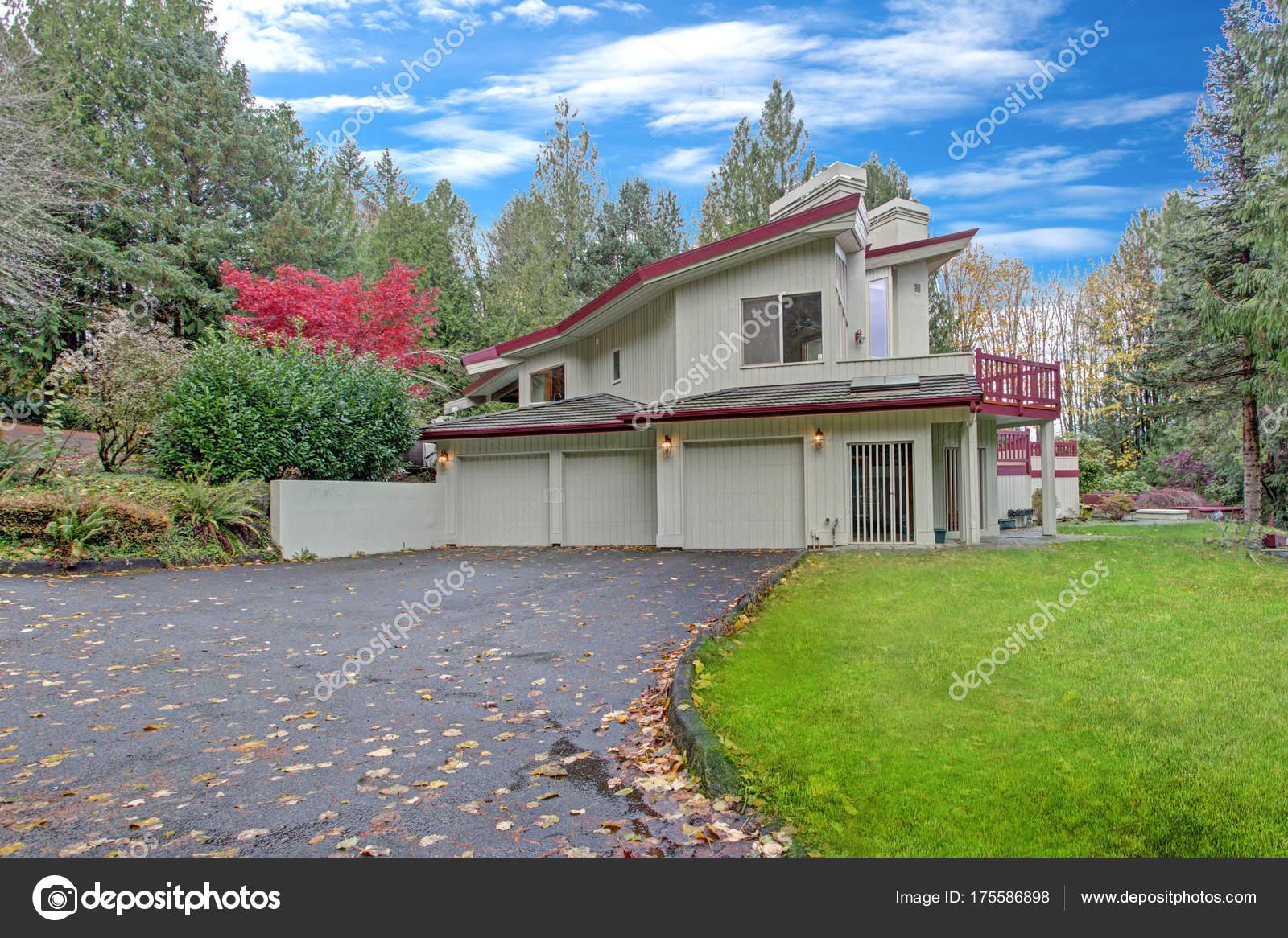 Esterno Di Una Casa : Esterno di una casa di lusso vista in garage e vialetto u foto
