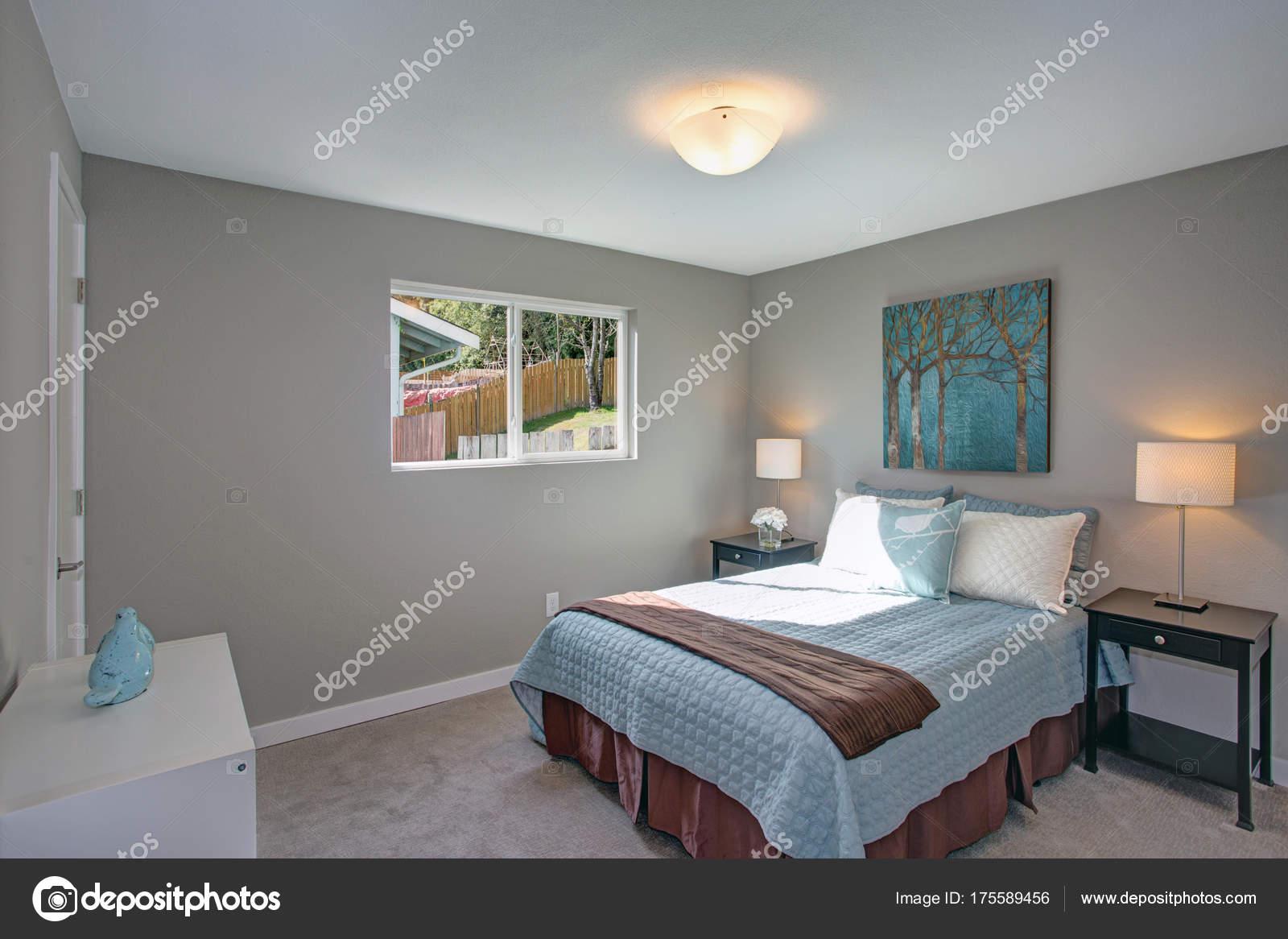 Camere Da Letto Pareti Grigie : Tranquillo e accogliente camera da letto con pareti grigie u foto