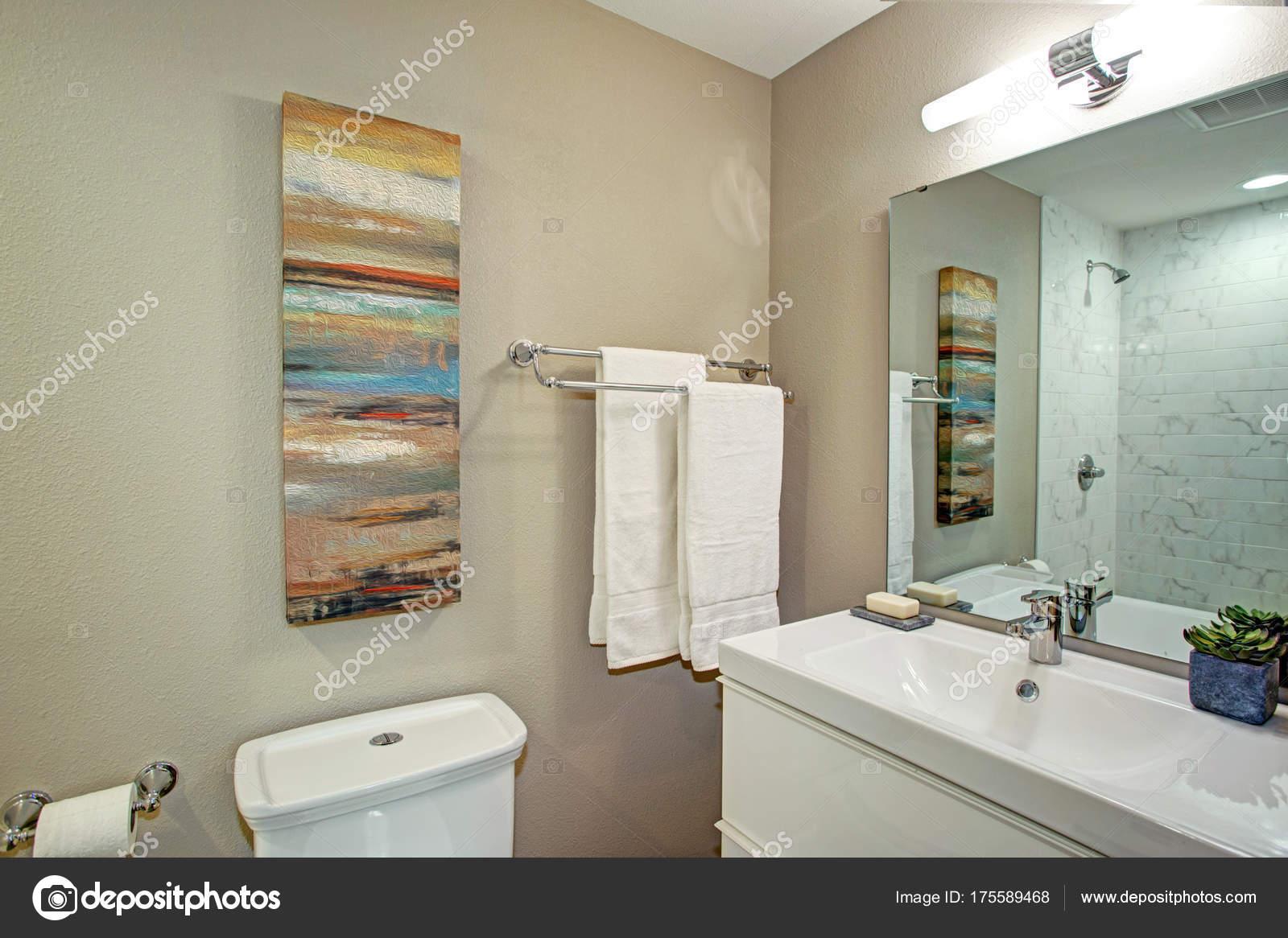 Ensuite badkamer met badkamersijdelheid en een toilet u stockfoto