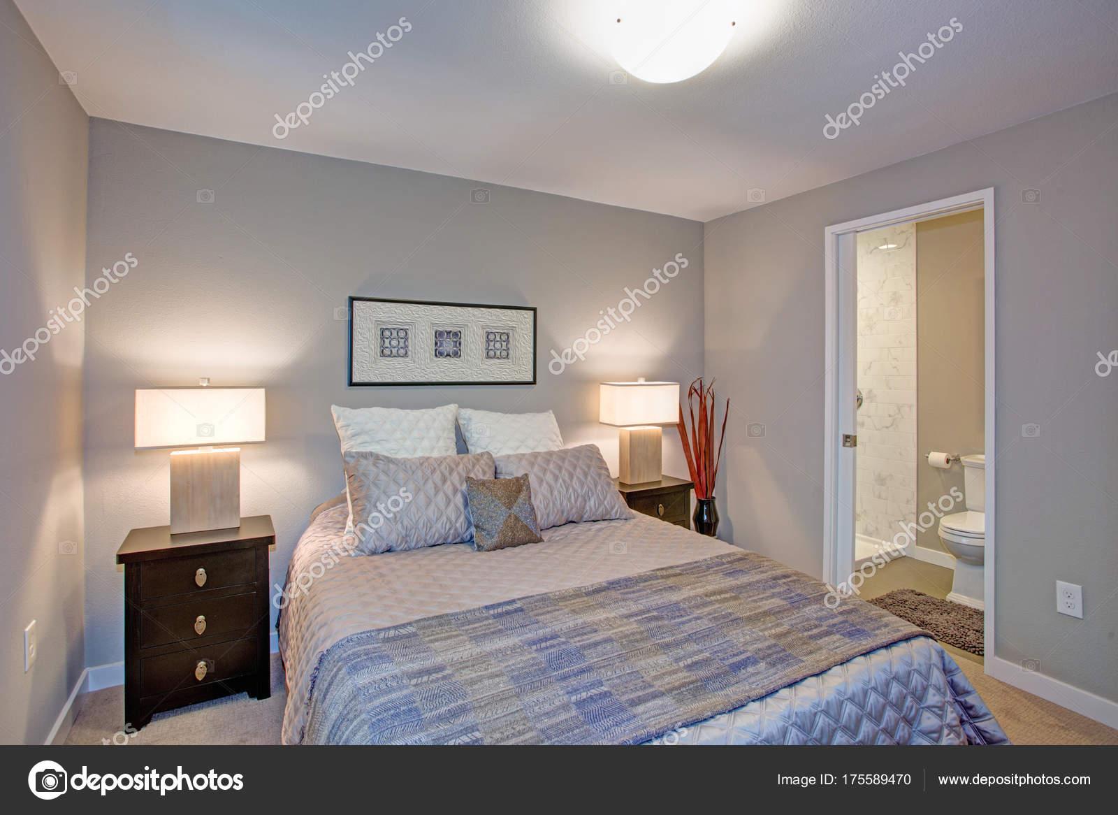 Interieur van de vreedzame grijs blauw slaapkamer met ensuite ...