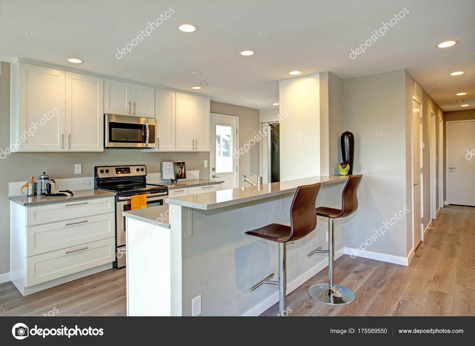 Leicht gefüllte Küche mit weißen Schränke — Stockfoto © alabn #175589550