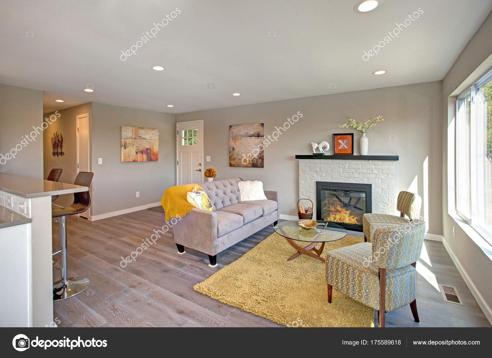 Interior de la recién remodelada sala de estar con plan de piso ...