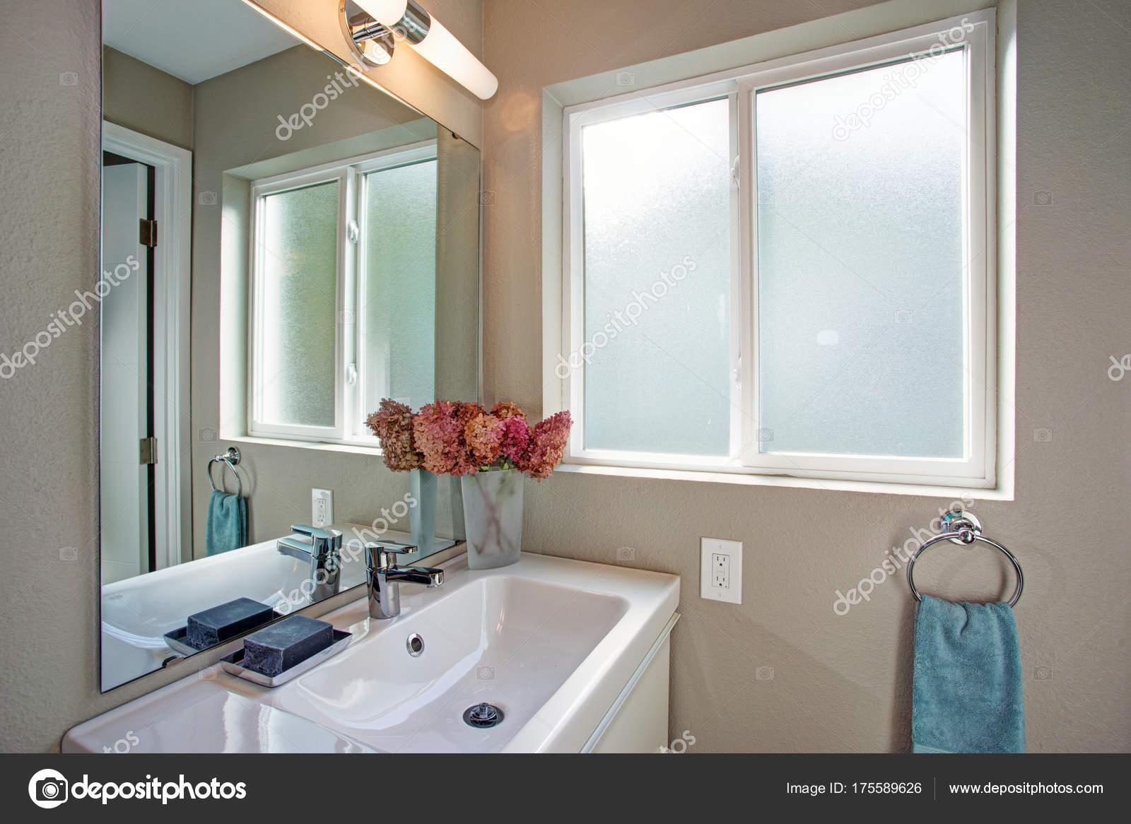 Kleine badkamer met ijdelheid kabinet en grijze muren — Stockfoto ...