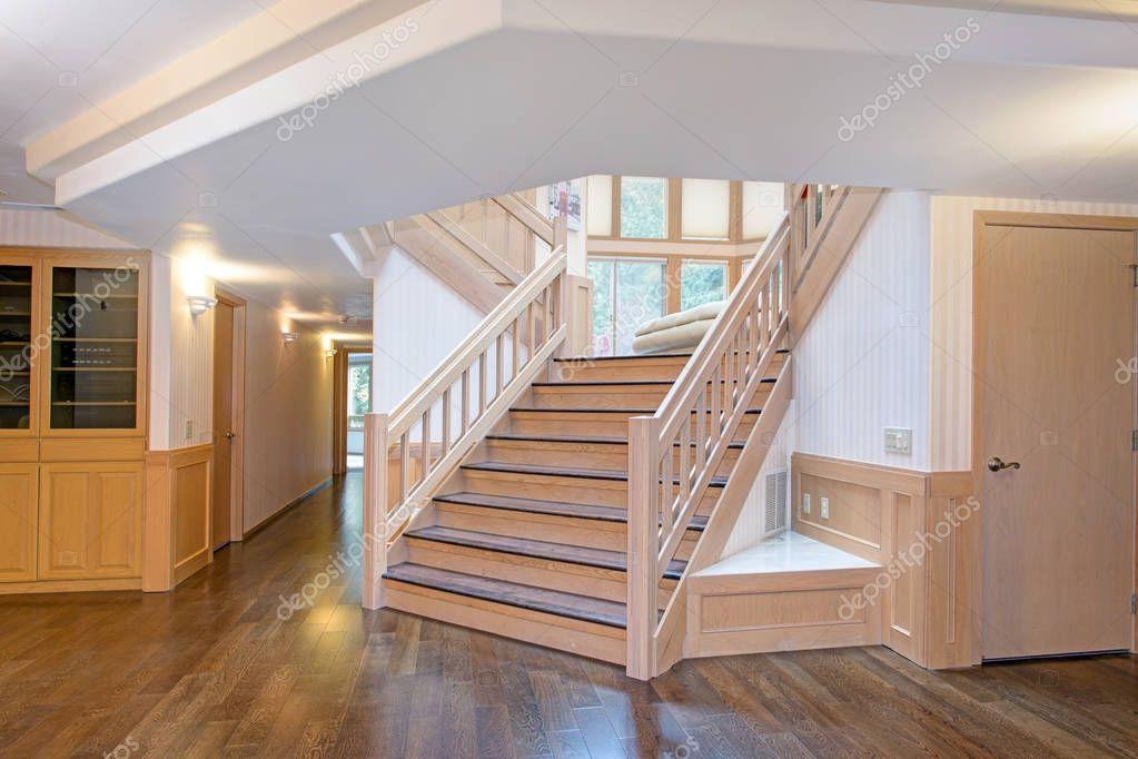 wei e holz flur innenraum akzentuiert mit eine sch ne treppe stockfoto alabn 175586822. Black Bedroom Furniture Sets. Home Design Ideas