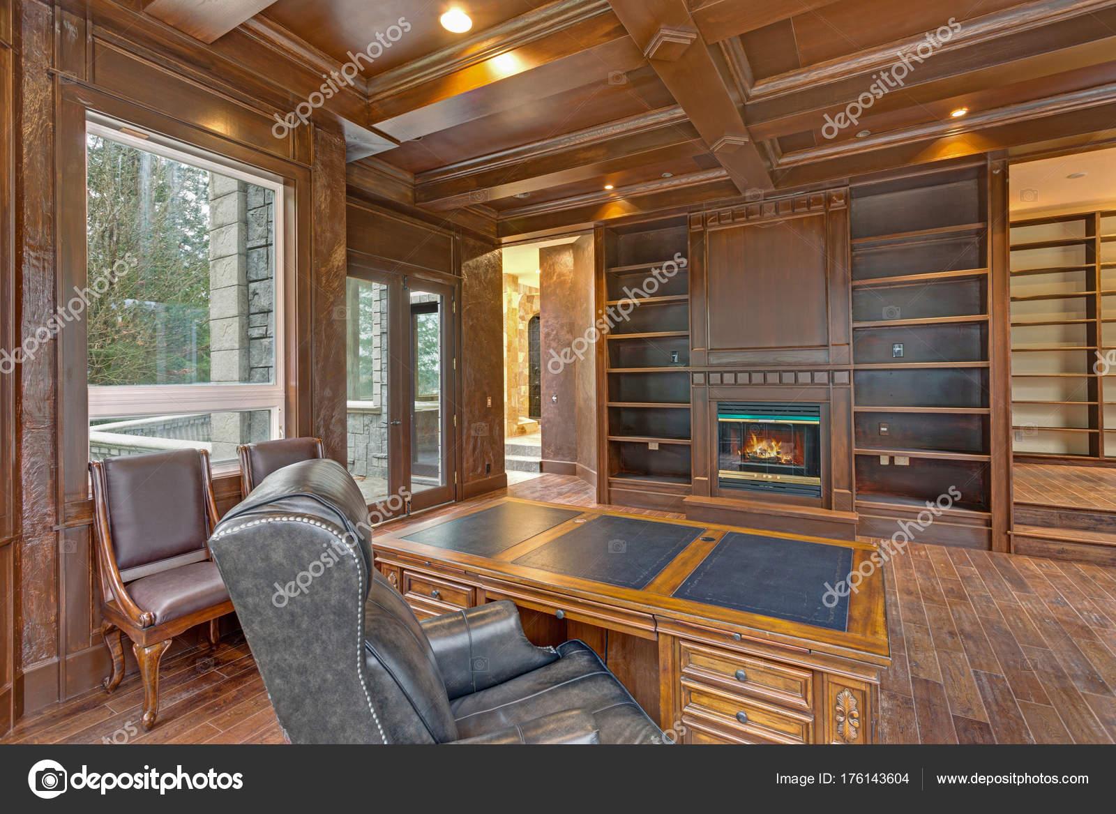 Chic Holz Paneled Home Office Bietet Kassettendecke Stockfoto