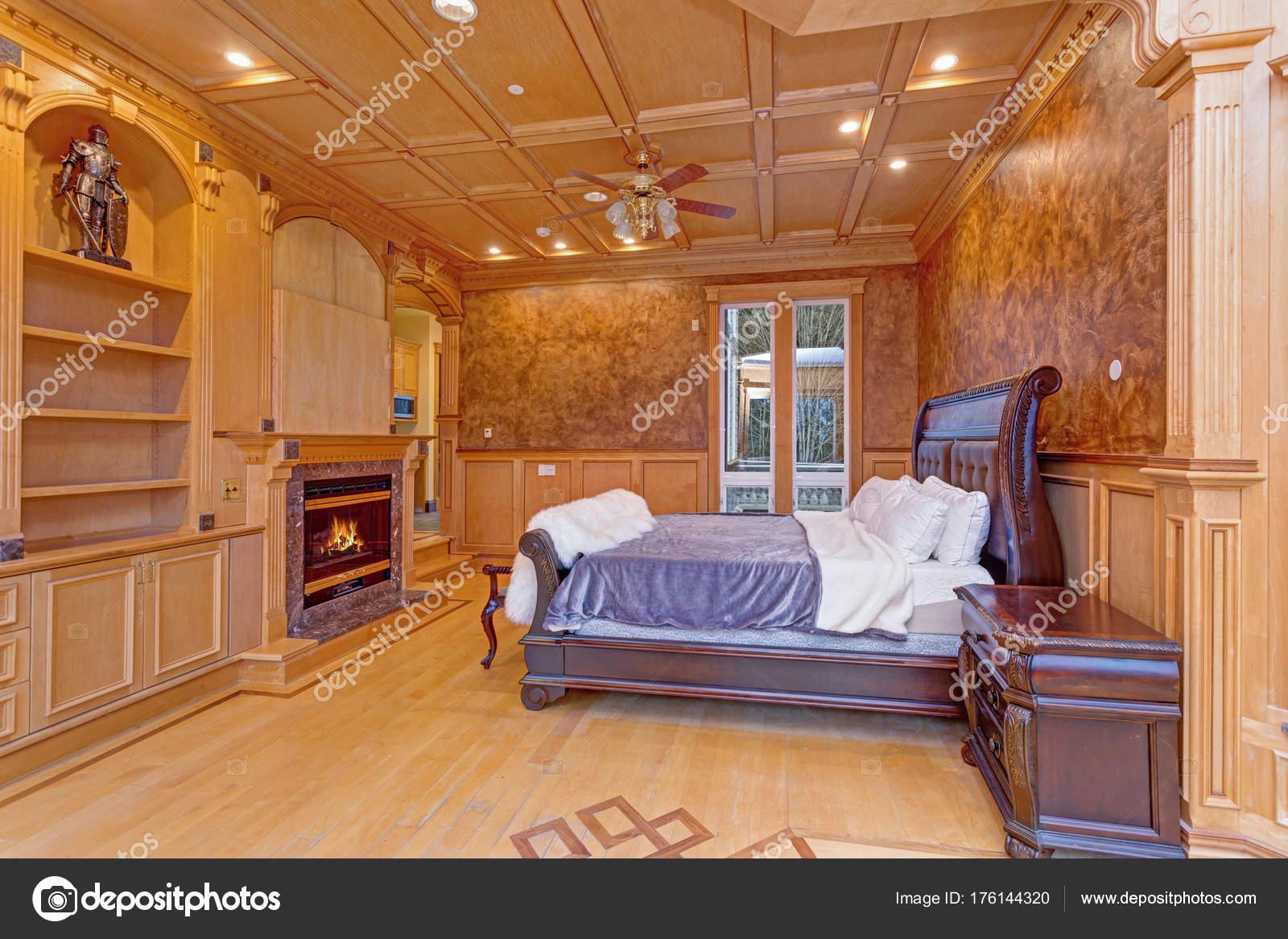 Einladende Villa Schlafzimmer Bietet Ein Rustikales Holz Kassettendecke  über Einem Braunen Decke Holz Bett Gekrönt Mit Einem Flauschigen  Schaffell Deckel ...