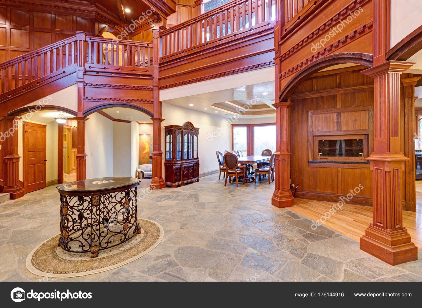 Pareti Rivestite Di Legno : Splendido matrimonio sede con legno pareti rivestite u foto stock