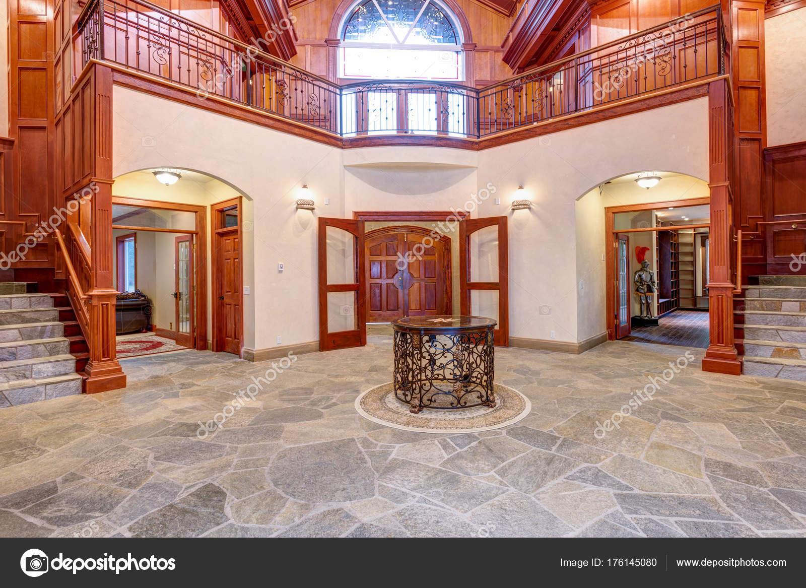 Pareti Ricoperte Di Legno : Bellissimo ingresso di sede matrimonio con legno pareti rivestite
