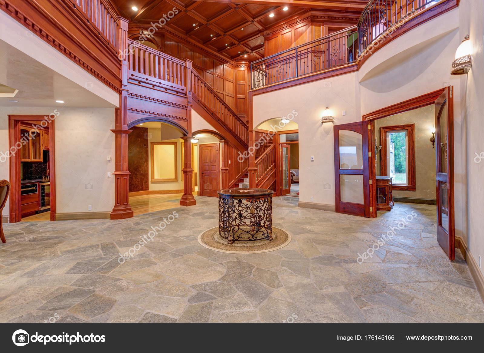 Pareti Ricoperte Di Legno : Splendido matrimonio sede con legno pareti rivestite u foto stock