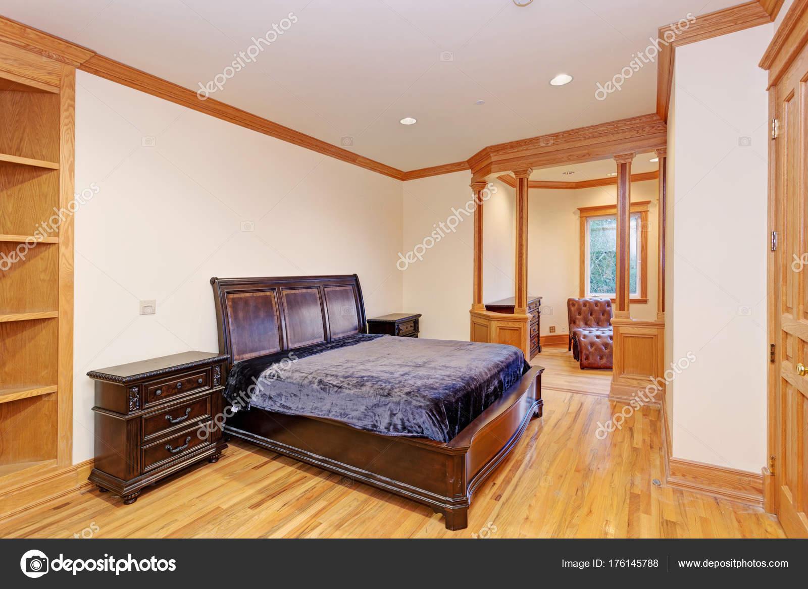 Camera Da Letto Legno Chiaro : Accogliente camera da letto mansion con un pavimento in legno