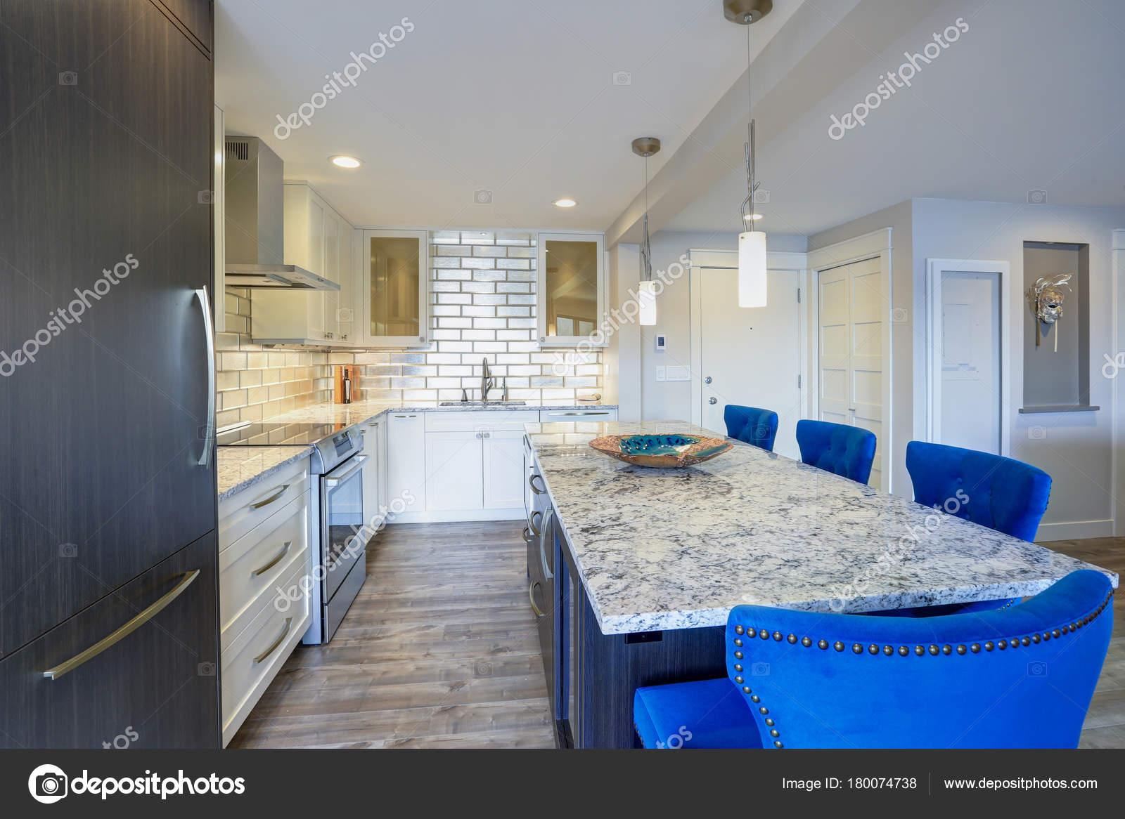 Moderne Küche in einer Eigentumswohnung nach Hause — Stockfoto ...