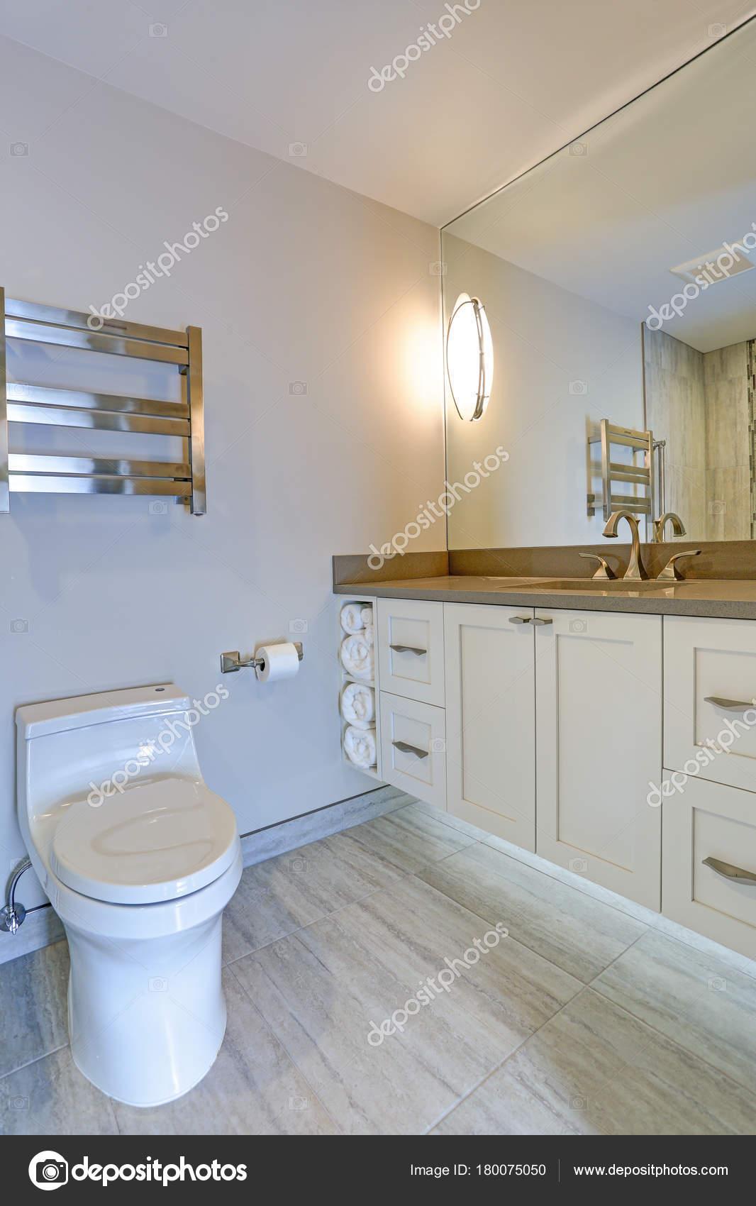 Salle de bain contemporaine design — Photographie alabn © #180075050