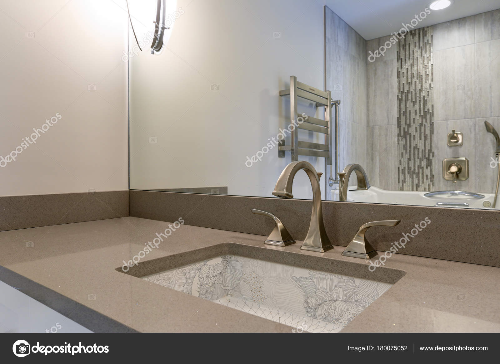 Vasca Da Bagno Sottopiano : Interno del bagno moderno vanta che lavabo sottopiano di stampa
