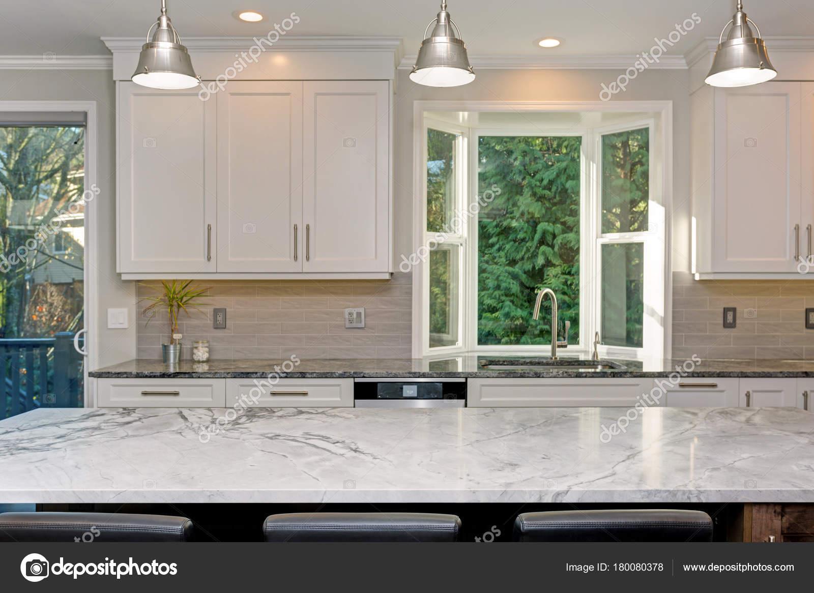Progettazione di bella cucina bianca — Foto Stock © alabn #180080378