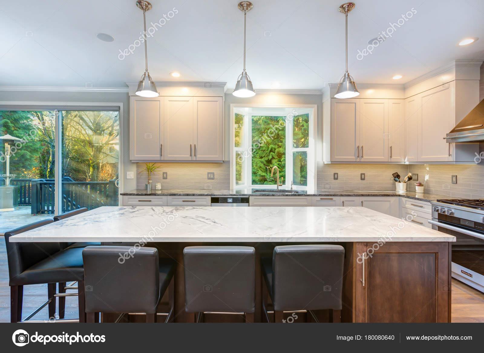 Bella bianco e nero cucina design u foto stock alabn