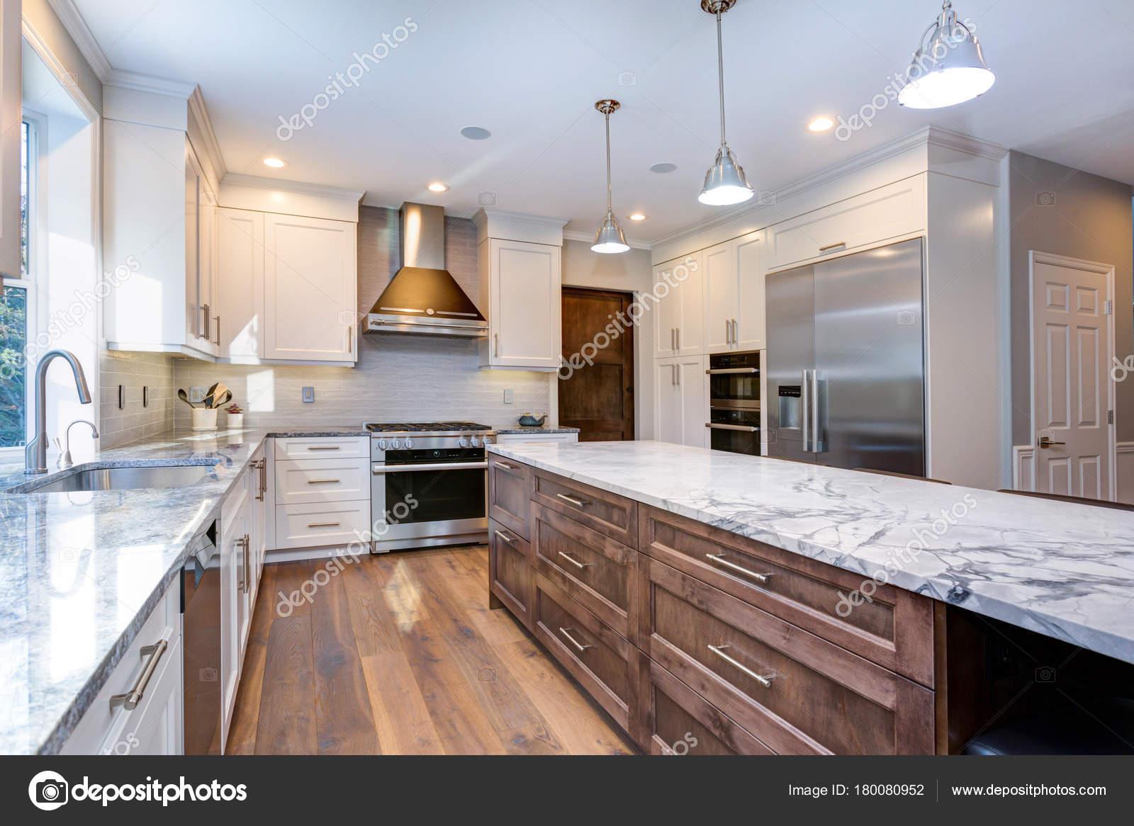 Hermosa cocina blanca de diseño — Foto de stock © alabn #180080952