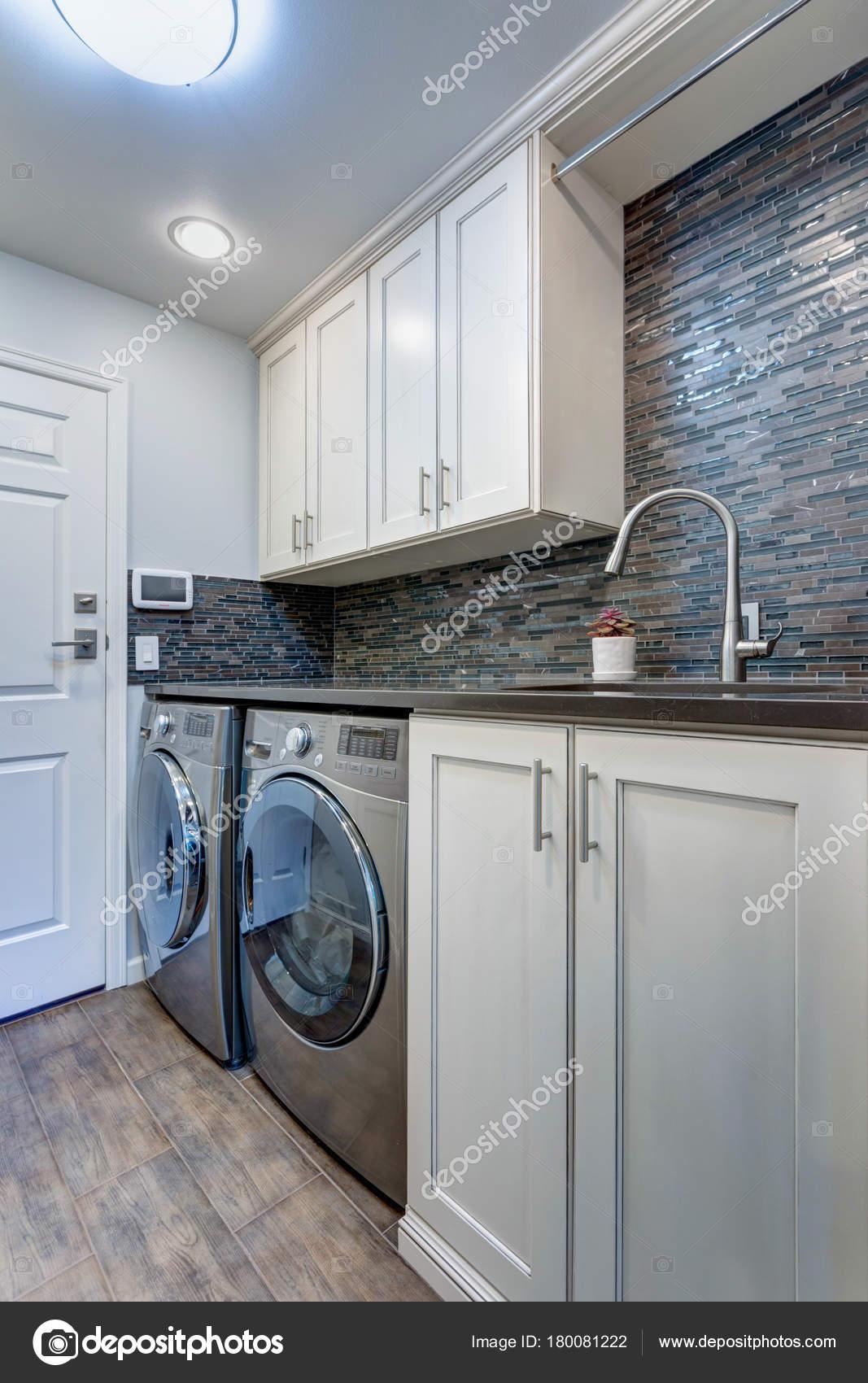 Weiße Wäsche Zimmer verfügt über weiße Shaker-Schränke — Stockfoto ...