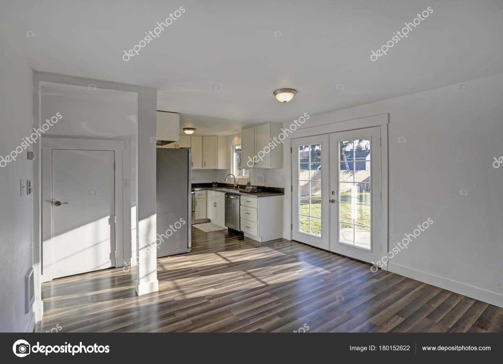Sala da pranzo vuota. Puri bianchi pareti rendono la camera spaziosa ...