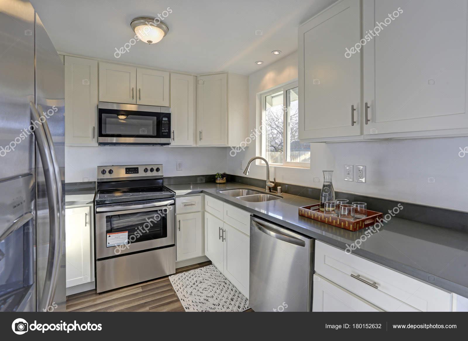 La luz llena pequeña cocina compacto características interiores ...