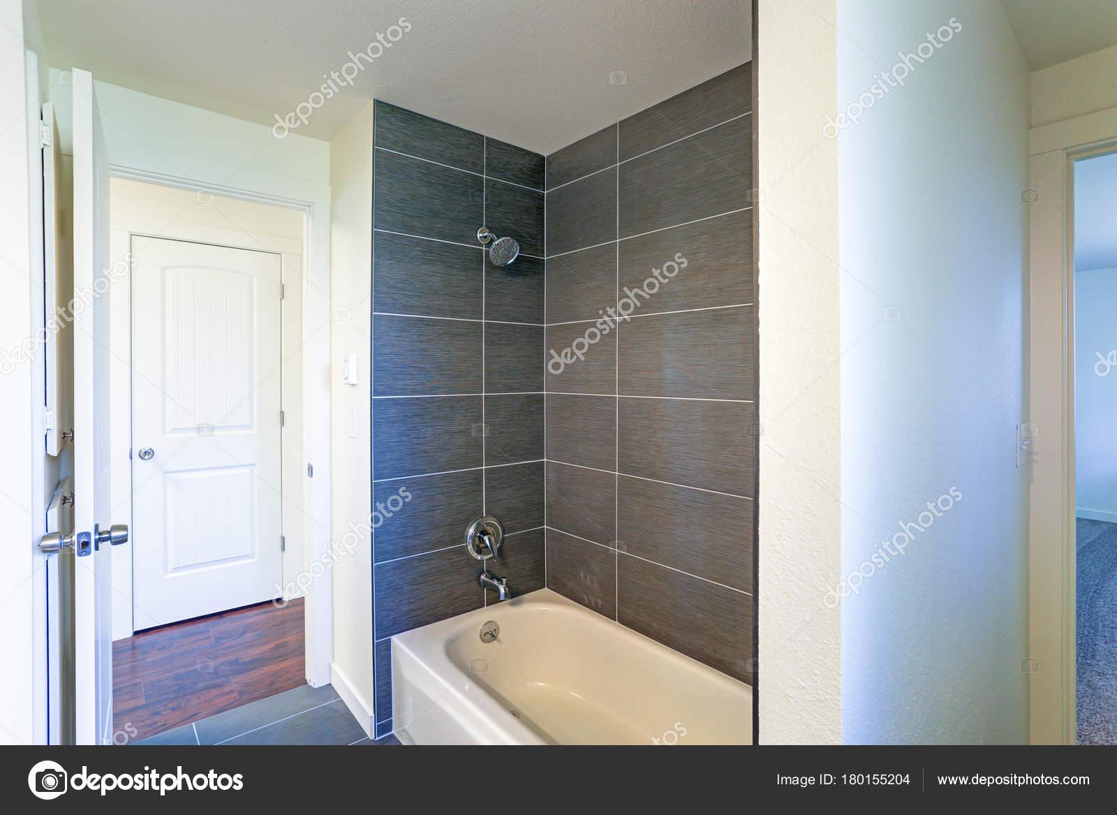 Immagine dell 39 interno di bagno con vasca e doccia for Vasca e doccia combinate