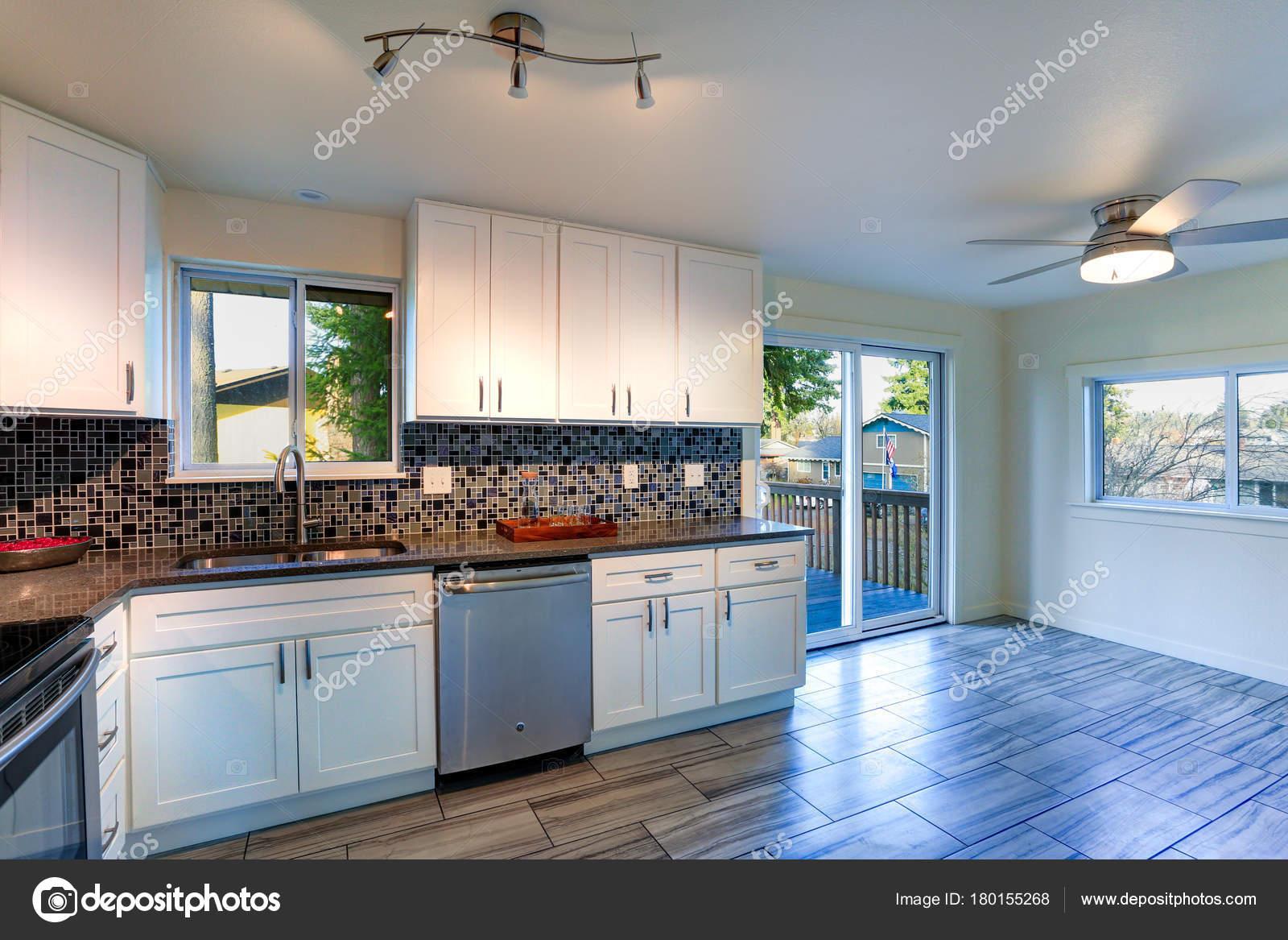 L Form Küche Raumgestaltung Mit Weißen Schränke, Braun Granit, Mosaik  Backsplash, Edelstahlgeräte, Breites Brett Hartholz Fußboden Baujahr, Hat  Die Küche ...