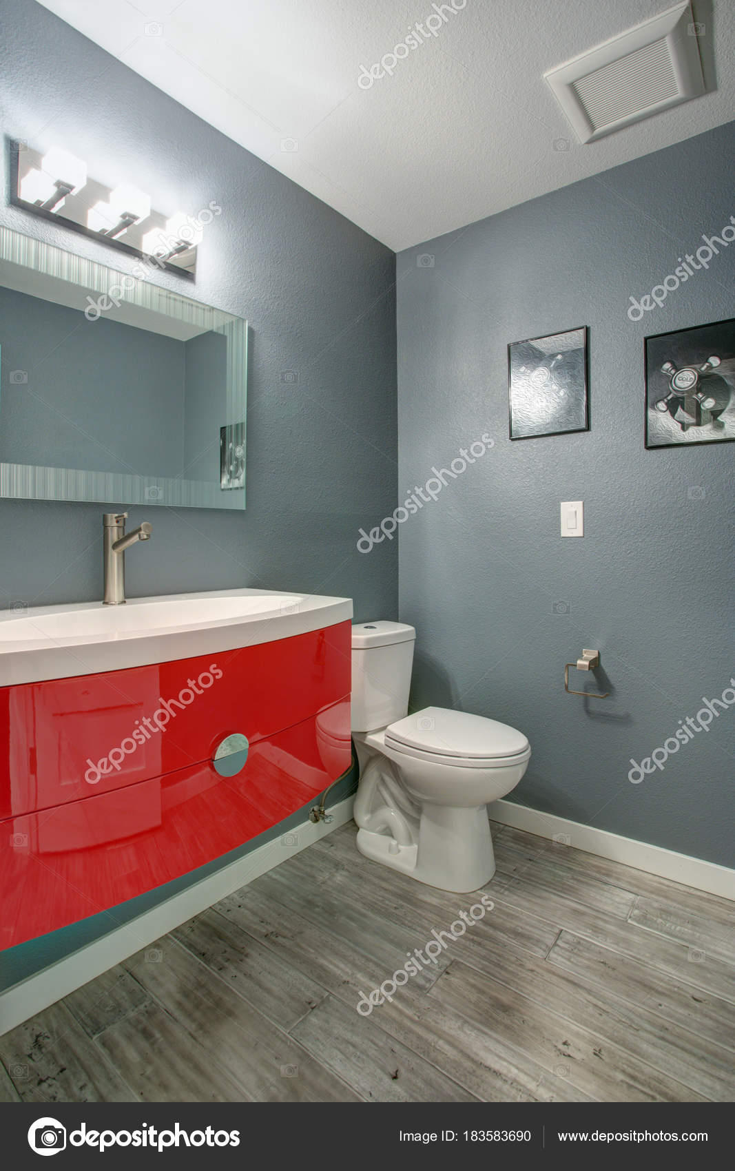 Gris et rouge salle de bain design dans une maison ...