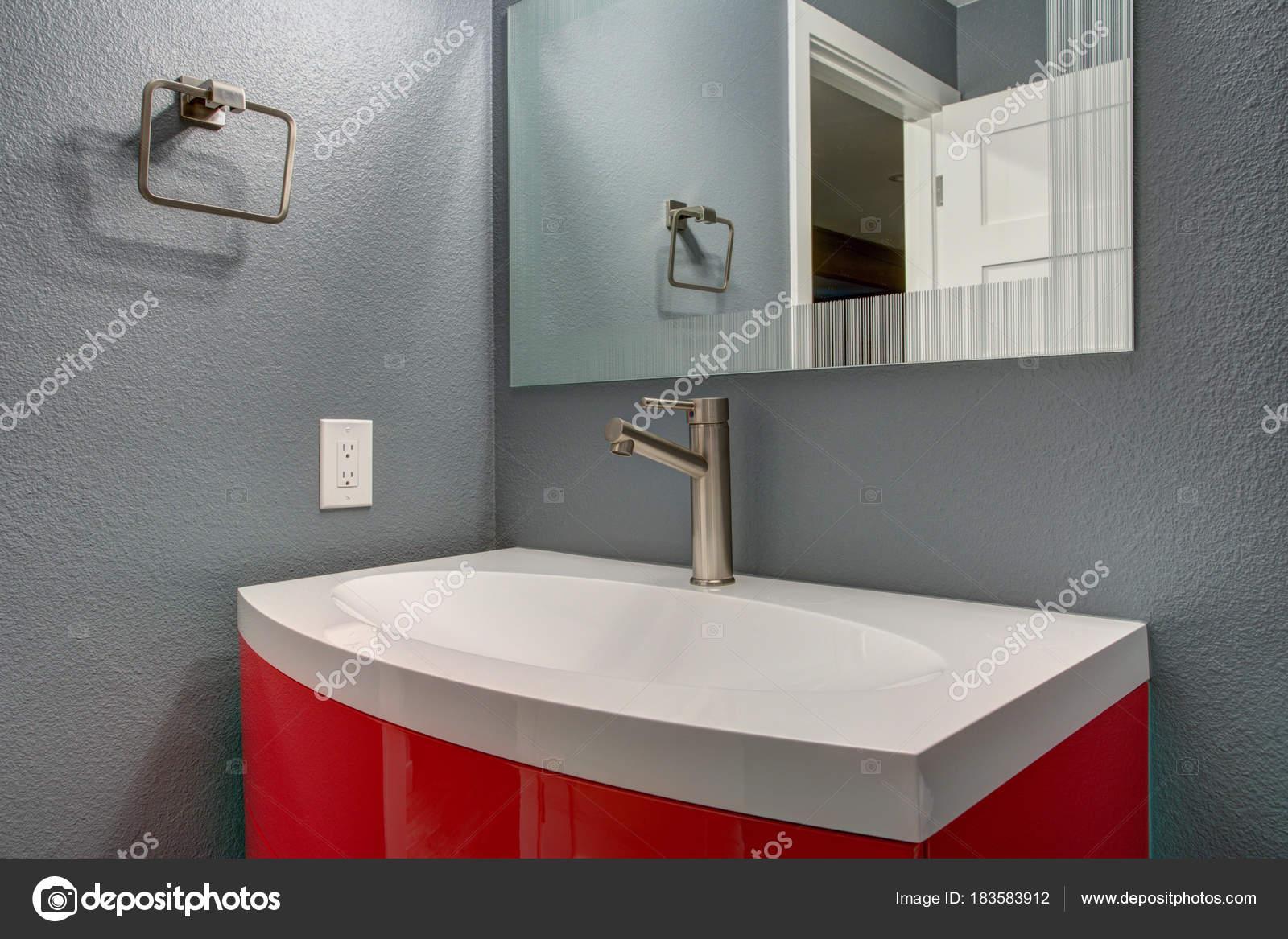 Bagno grigio e rosso design in una casa appena ristrutturata