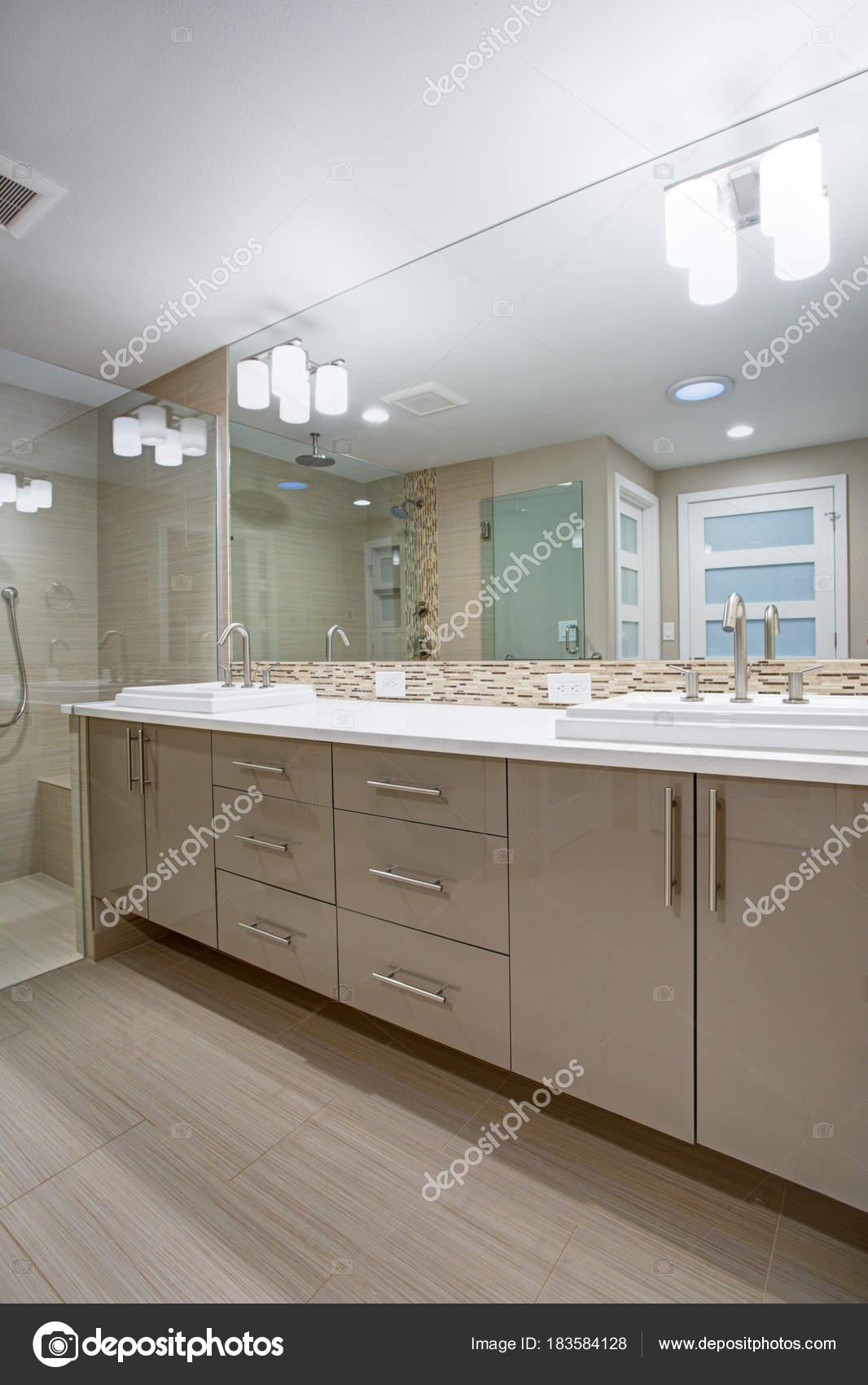 Modernes erfrischendes Bad mit einem Beige dual Waschtisch ...
