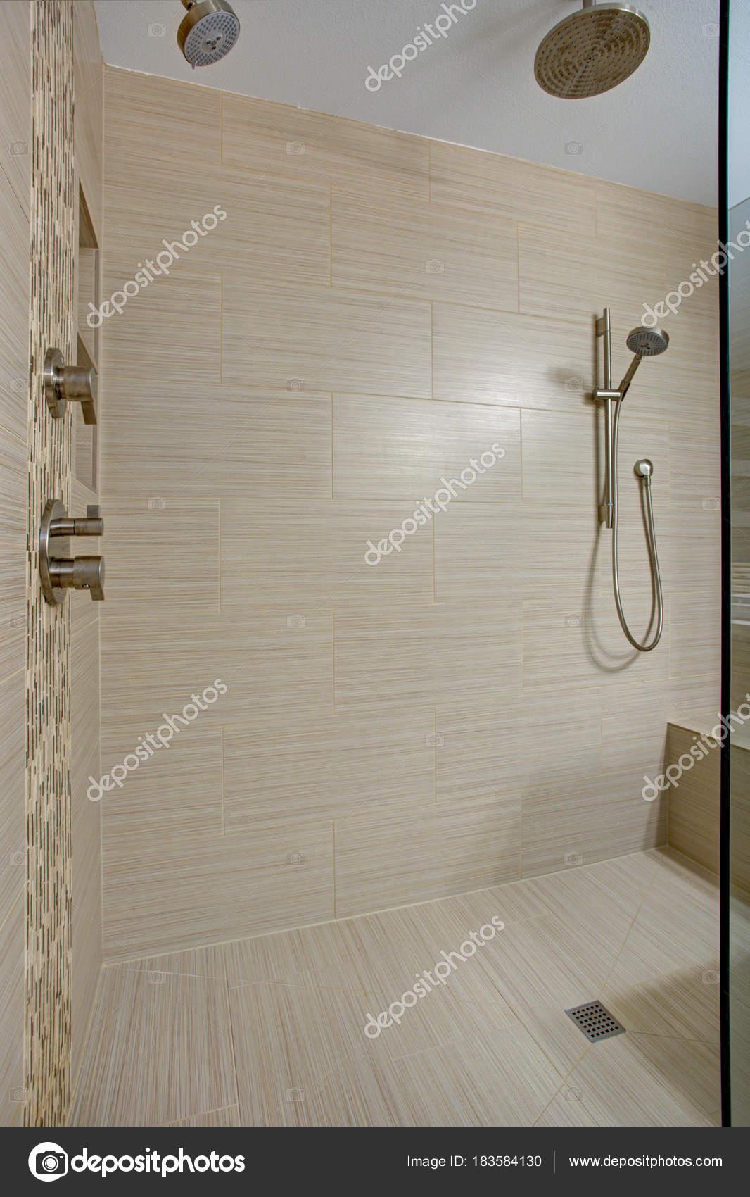 Verführerisch Dusche Mit Sitzbank Foto Von Schicke Begehbare Integrierter — Stockfoto