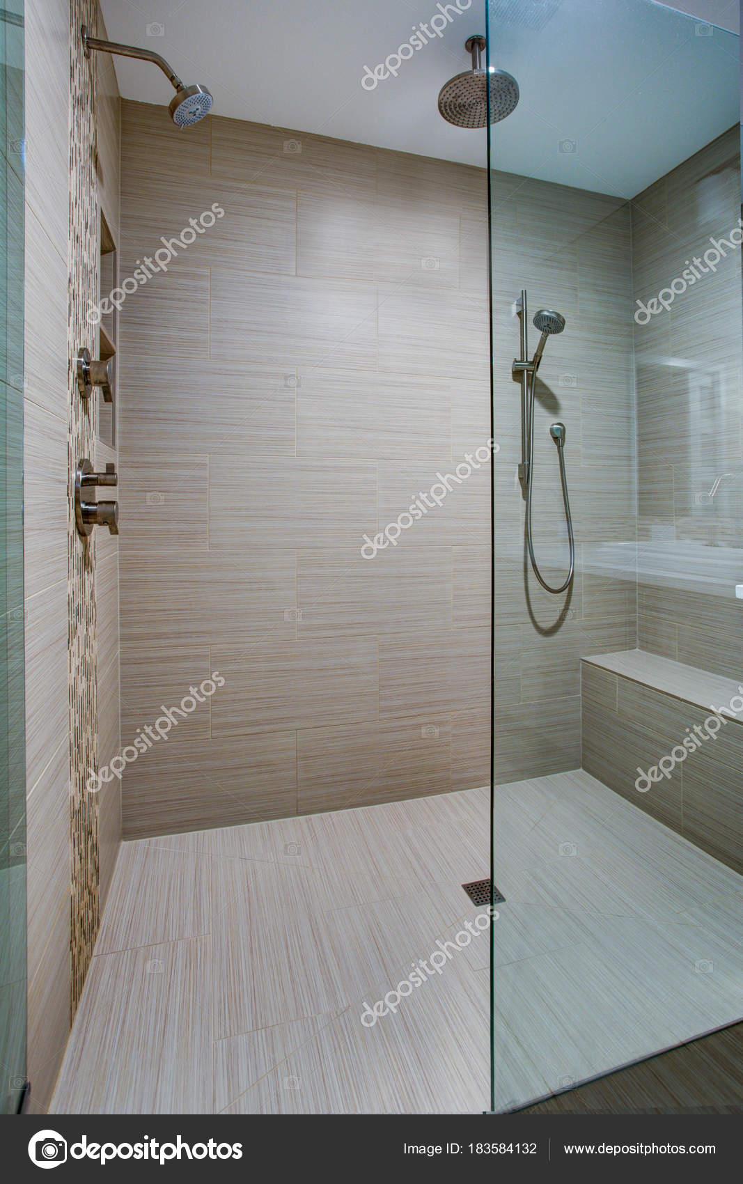 Erstaunlich Dusche Mit Sitzbank Referenz Von Schicke Begehbare Integrierter — Stockfoto
