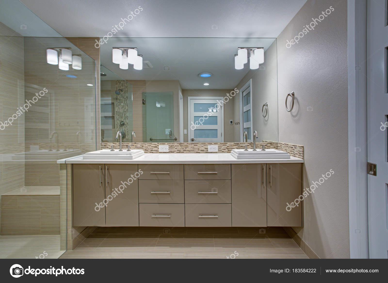 Moderne Badezimmer Verfügt über Eine Doppelte Waschtisch Mit Mosaik  Backsplash Unter Einem Ganzkörperspiegel Eitelkeit Akzentuiert Neben  Platziert Beige ...