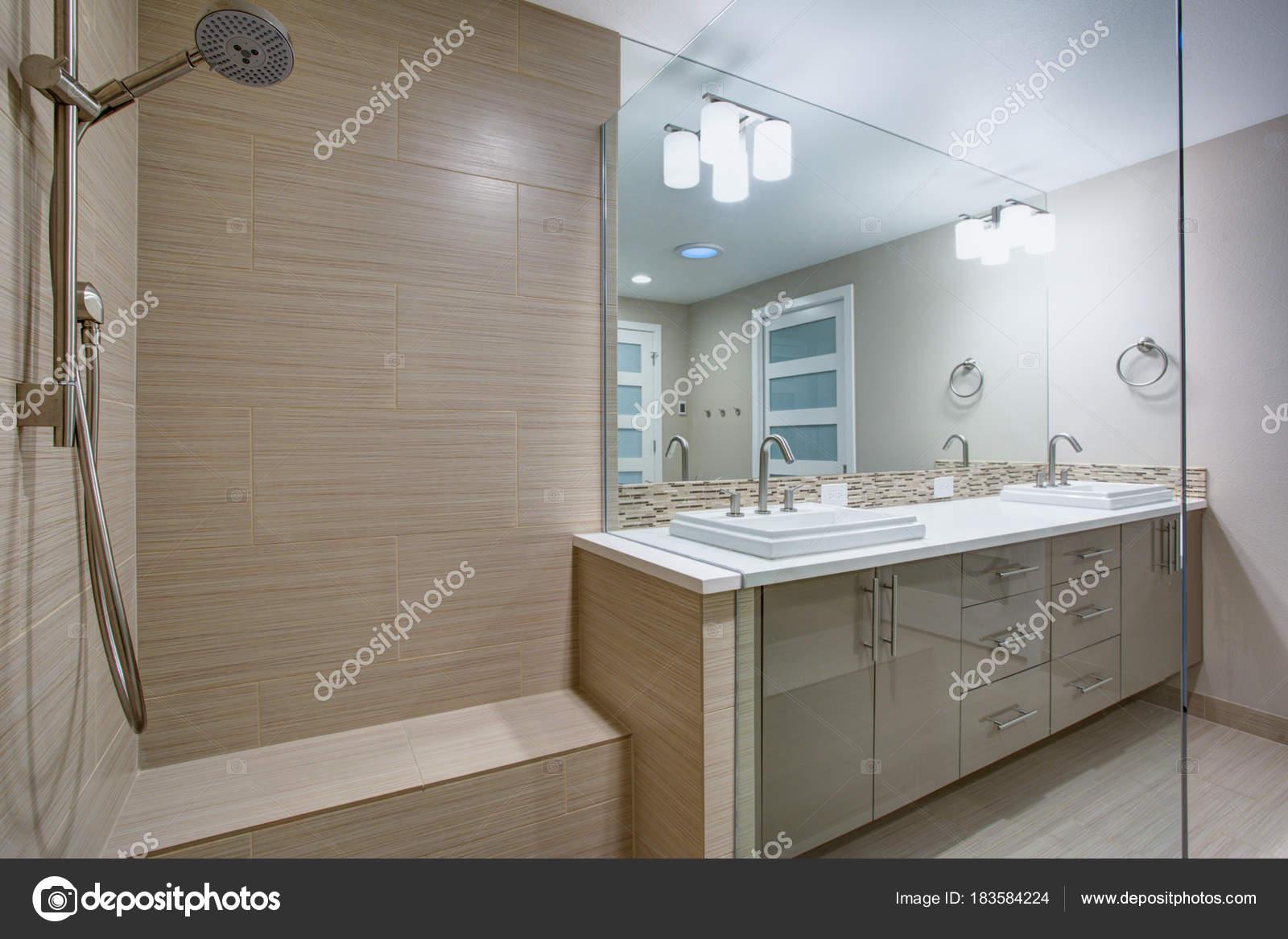 Erfrischendes Bad Mit Begehbarer Dusche U2014 Stockfoto