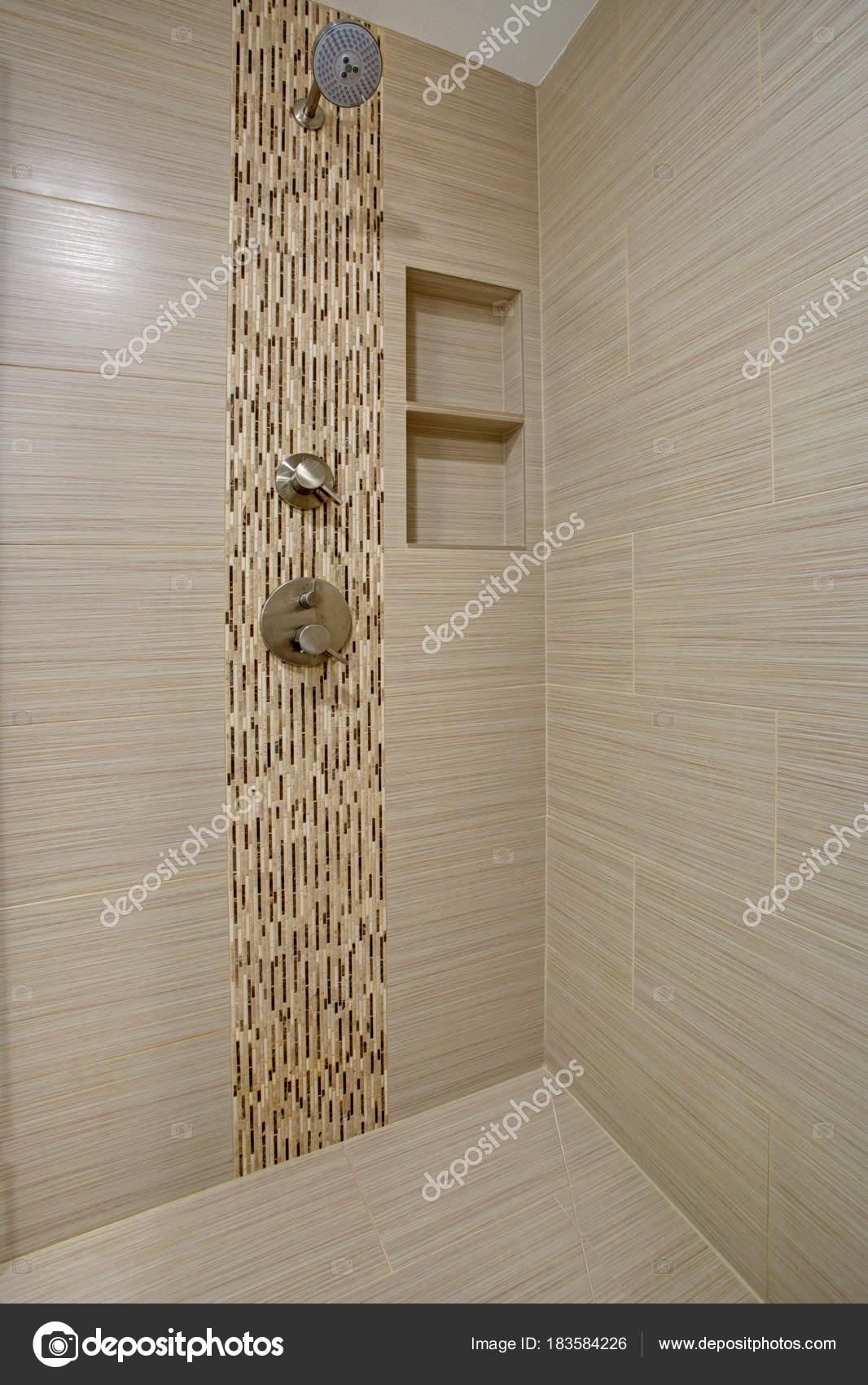 schicke begehbare dusche mit beige gefliest u-bahn interieur