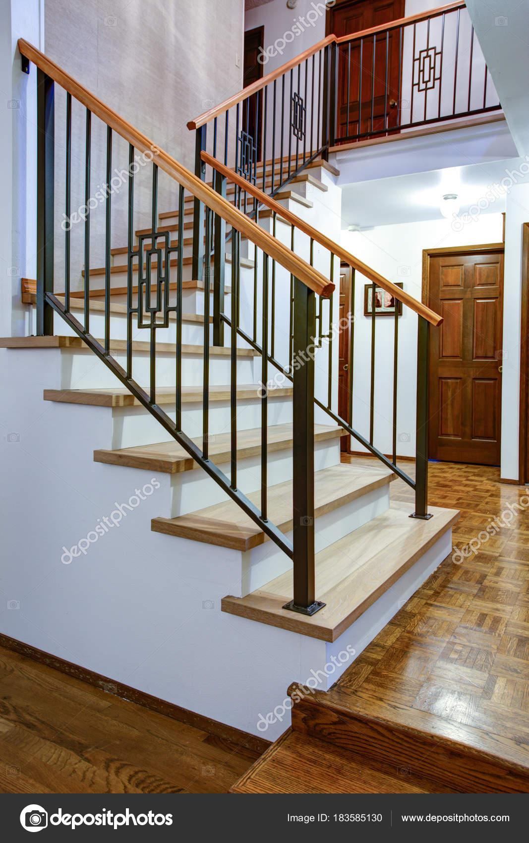 Entrée De Maison Avec Marche intérieur de maison de luxe avec vue sur le hall d'entrée