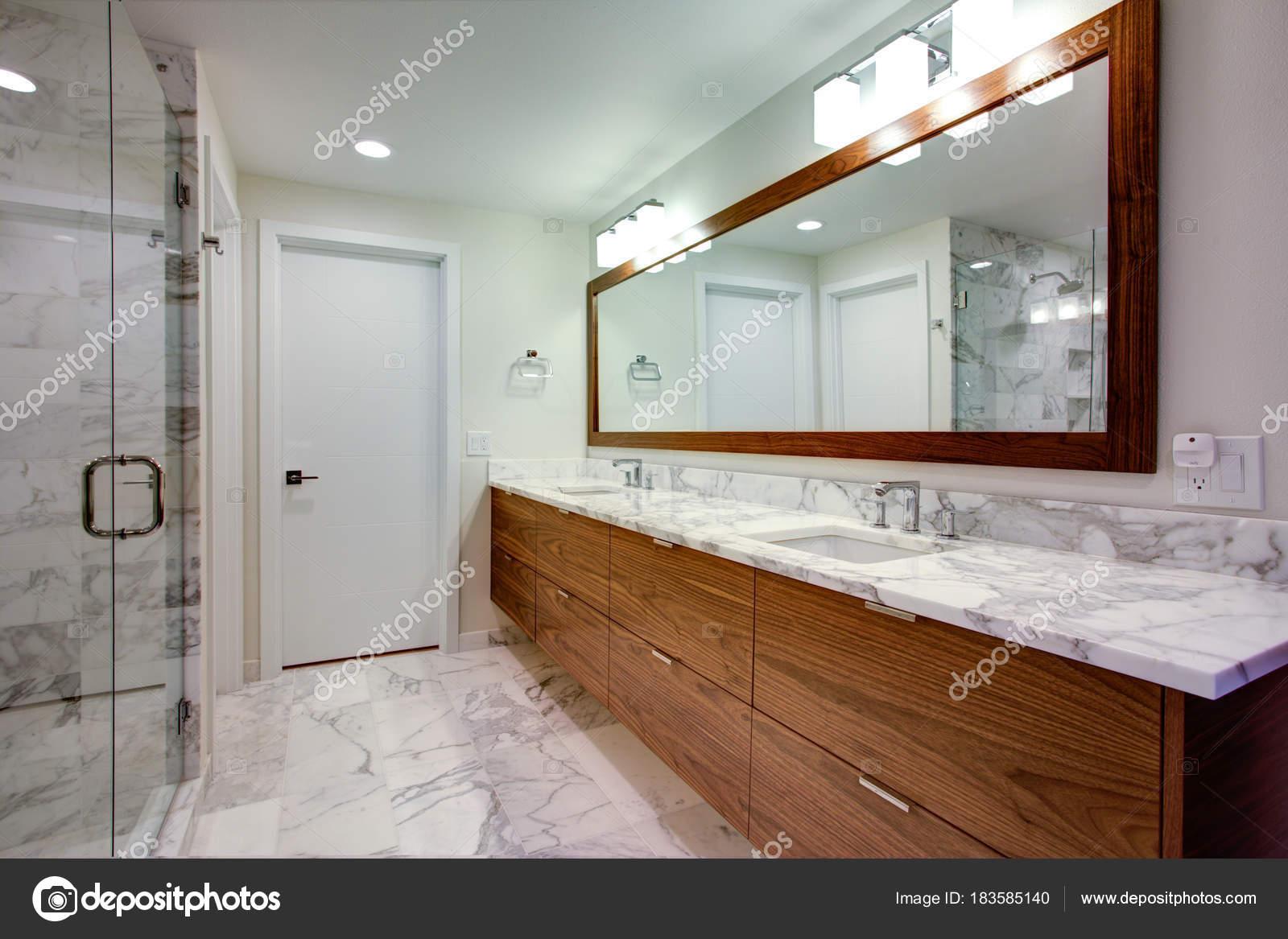 Elegante bagno con doppio lavabo Mobile — Foto Stock © alabn ...