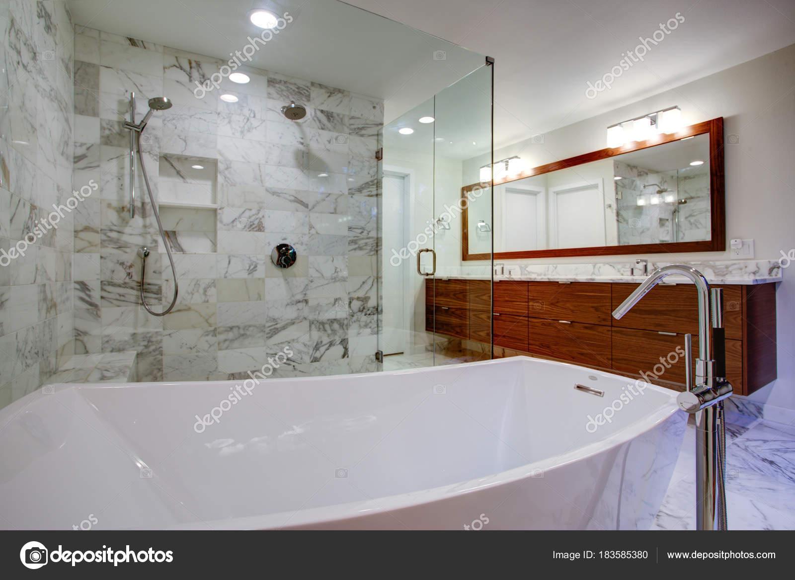 Elegante cuarto de baño con ducha y bañera independiente — Foto de ...