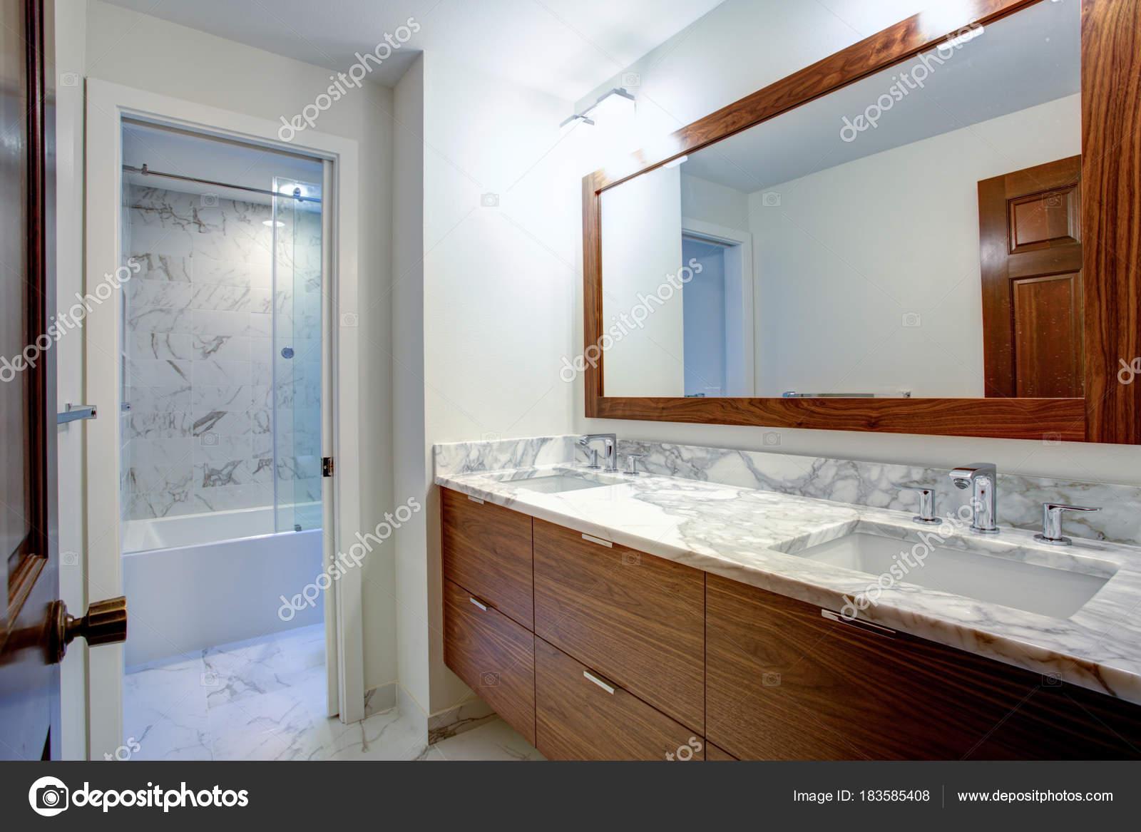 Elegante Badezimmer Verfügt über Die Doppelte Kabinett Eitelkeit Mit Weißen  Grauen Marmor Arbeitsplatte Und Weißes Rechteck Undermount Auf Marmorboden  Sinkt ...