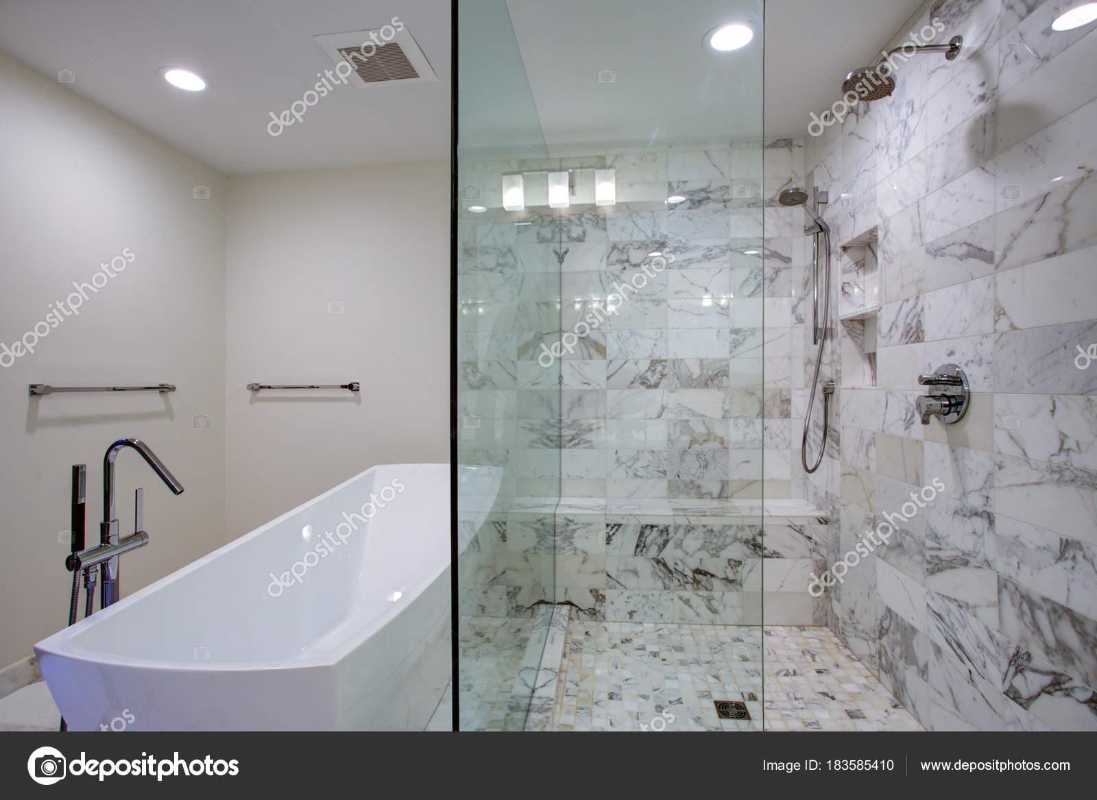Elegante Badezimmer mit freistehender Badewanne und begehbarer ...