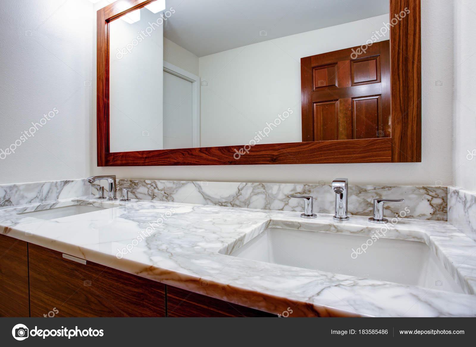 Wunderbar Elegante Badezimmer Verfügt über Doppelte Badezimmer Schrank Eitelkeit Mit  Weißen Grauen Marmor Arbeitsplatte Und Weißes Rechteck Unterbau Waschbecken  ...