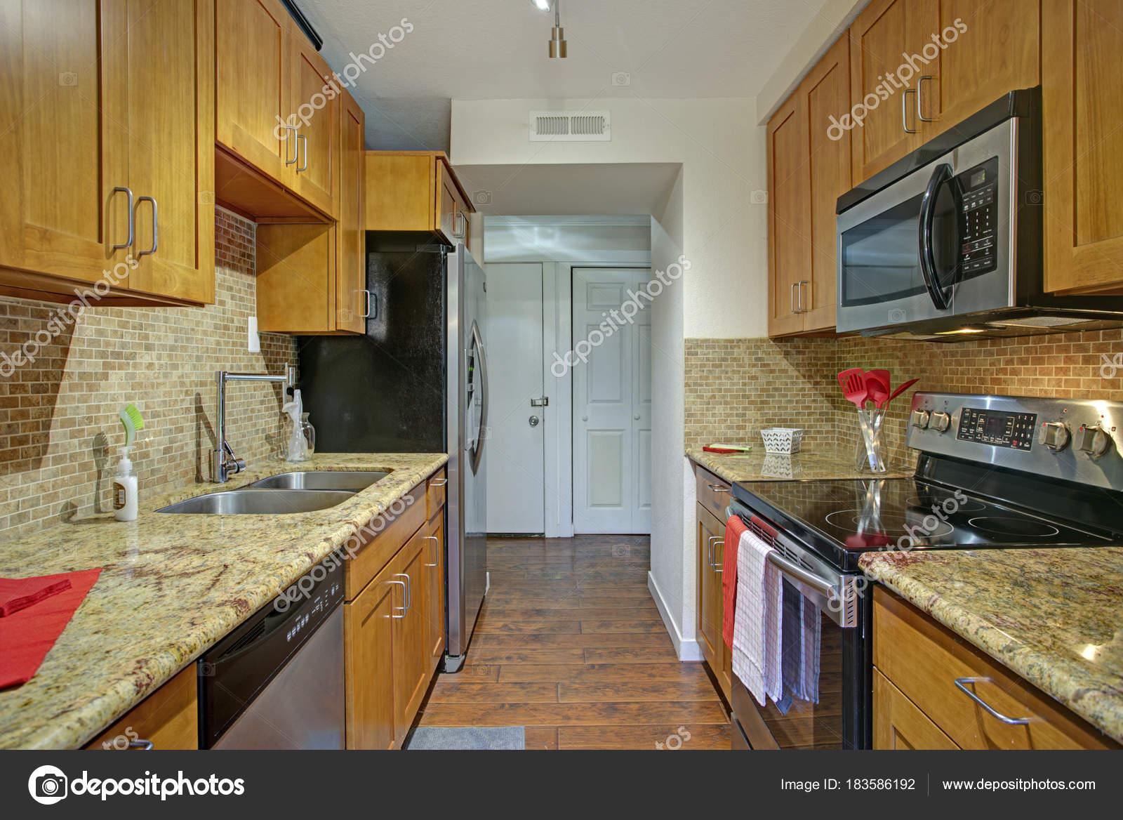 Kleine Pantry-Küche-Design mit schwarzen Küchengeräte — Stockfoto ...