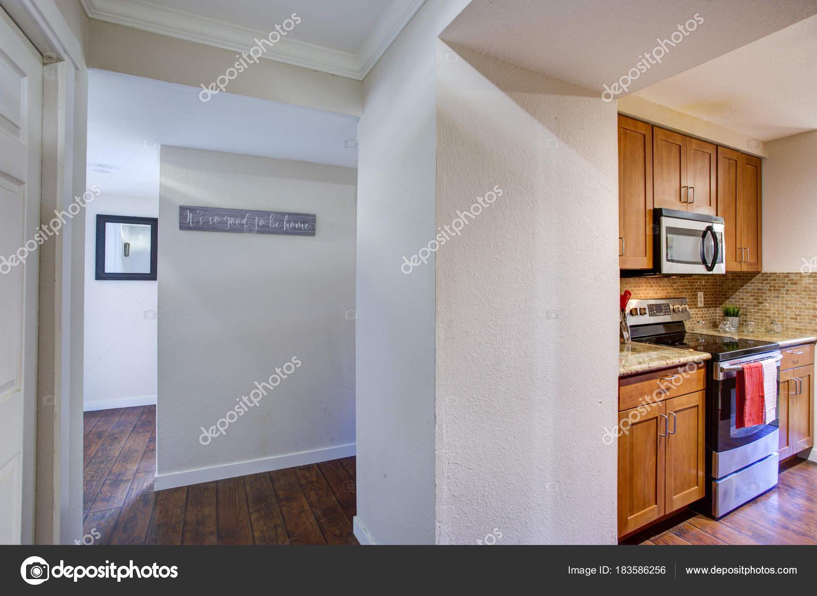 Blick auf kleine Pantry-Küche-Design vom weißen Flur — Stockfoto ...