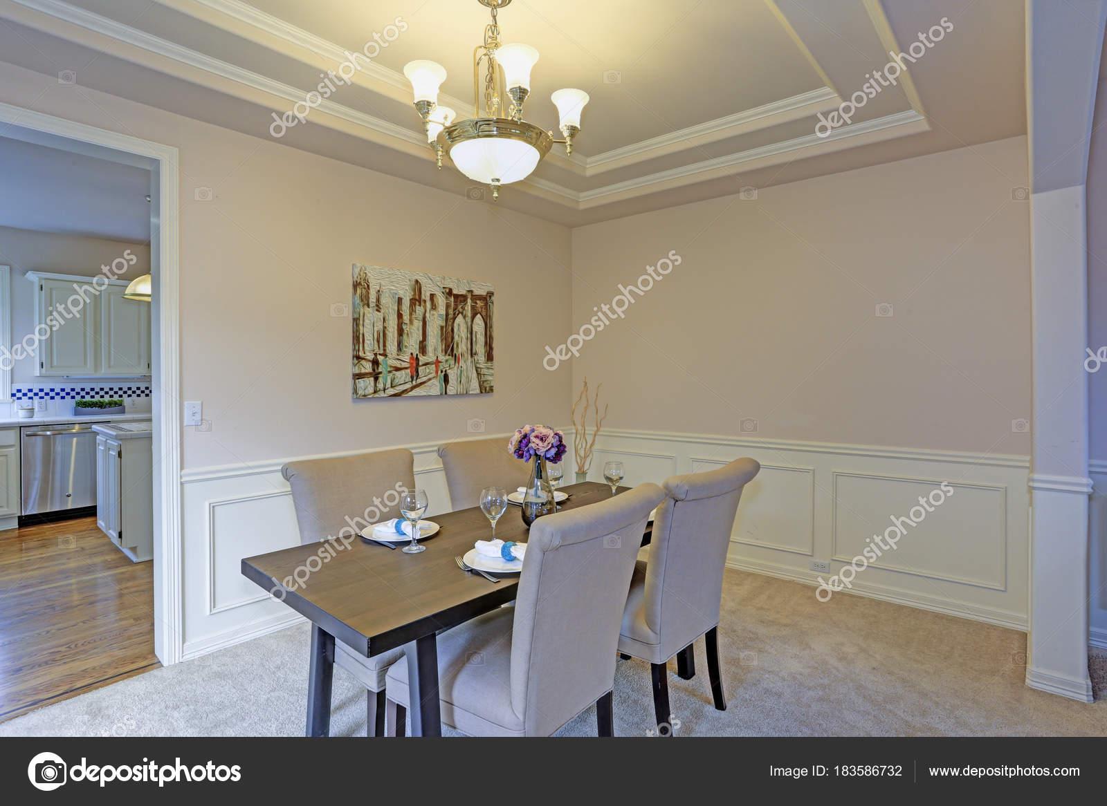 Eleganten Speisesaal, akzentuiert mit Wand Panel Formteile und ...