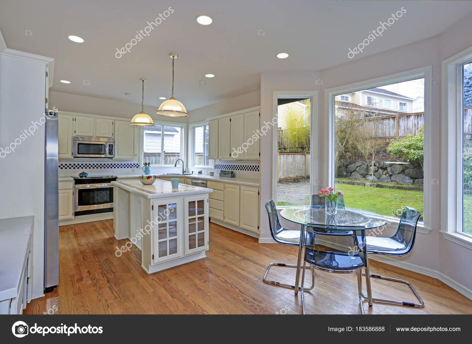 Große weiße Küche Interieur mit Kücheninsel — Stockfoto © alabn ...