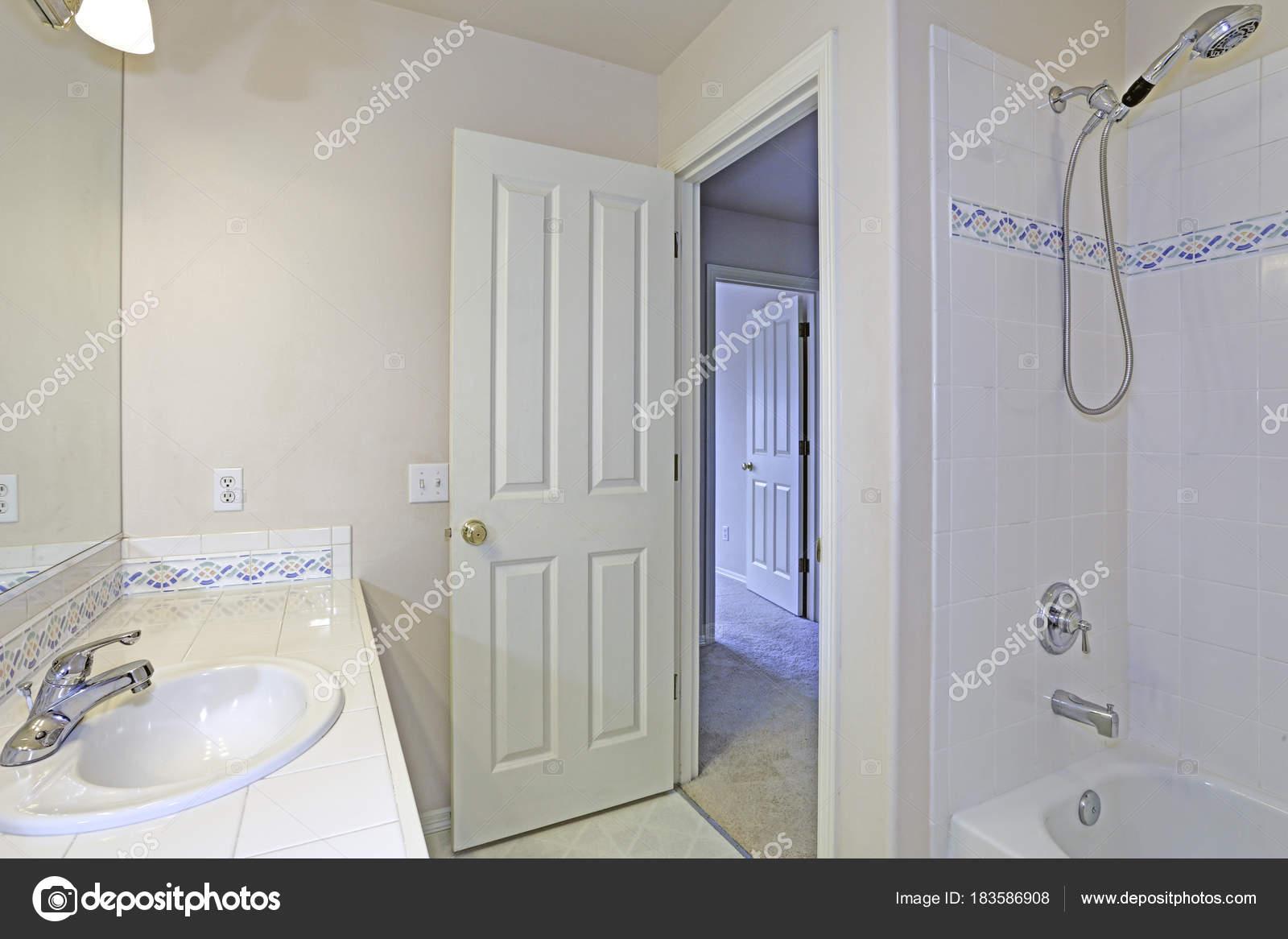 Interno del bagno bianco con piastrelle a mosaico backspalsh
