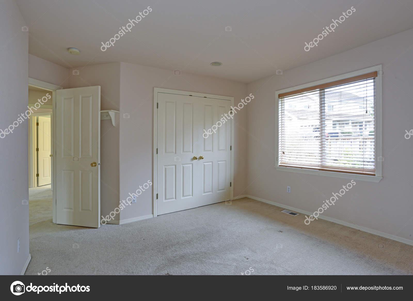Leere Schlafzimmer Mit Creme Farbe Farbe Wande Stockfoto C Alabn