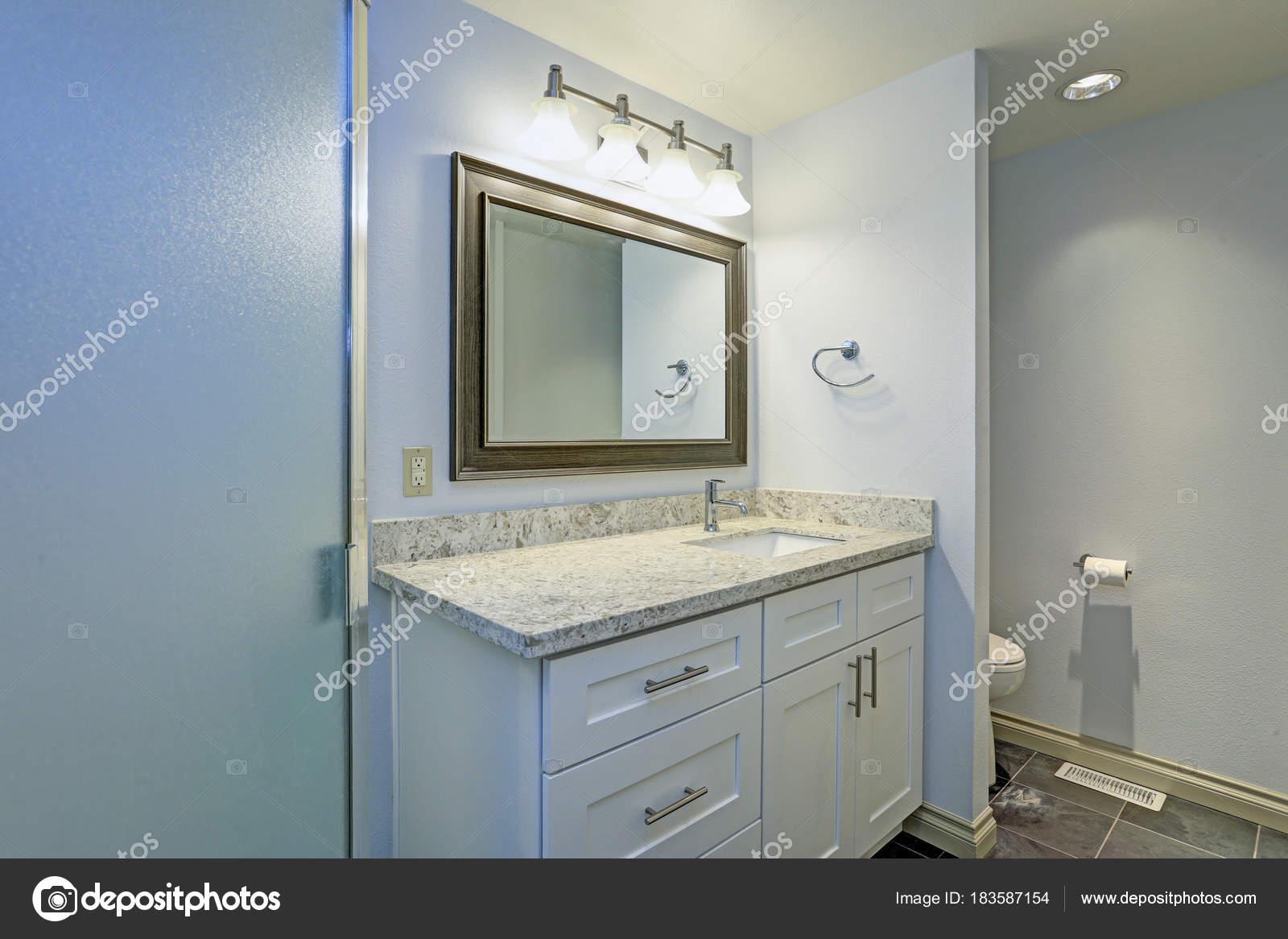 Sehr schönes Bad mit weichen blauen Wände malen Farbe — Stockfoto ...