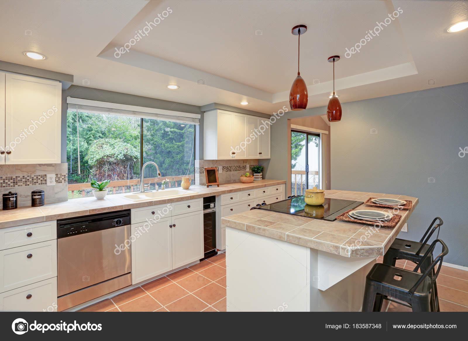 Deuxième étage cuisine dispose de plateau de plafond, île ...