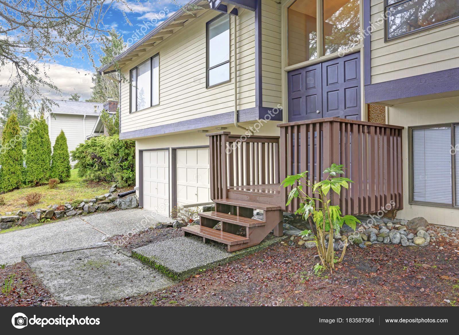Rivestimento Casa In Legno : Bella beige casa con rivestimenti in legno e blu accento trim