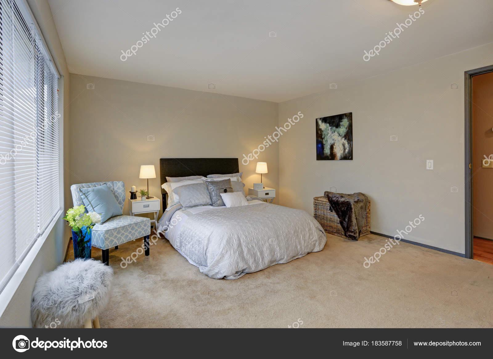 Schönes Schlafzimmer Design Mit Braunen Kopfteil U2014 Stockfoto
