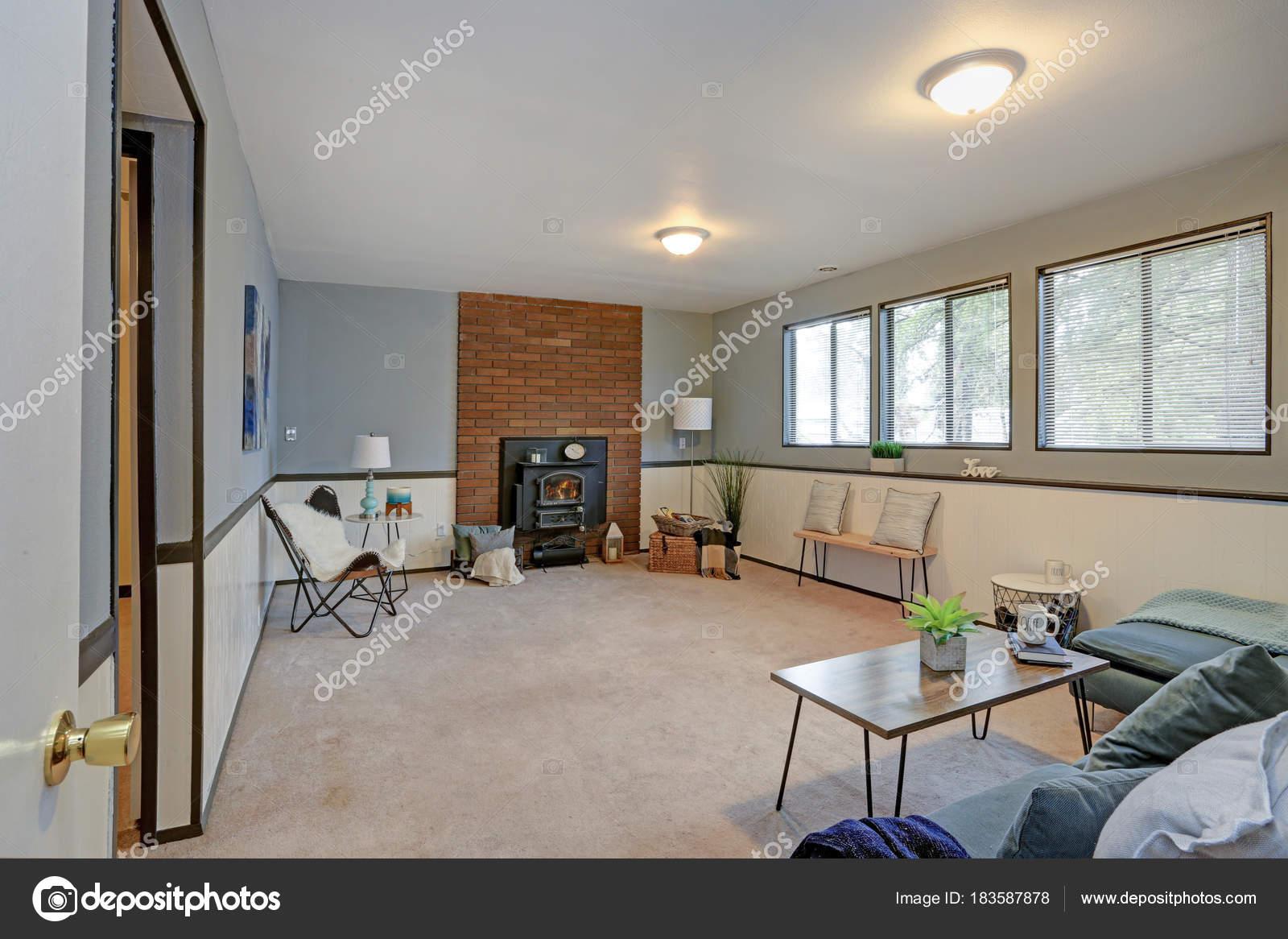 Gemütliche Familienzimmer mit blauen Wänden und Vertäfelung ...